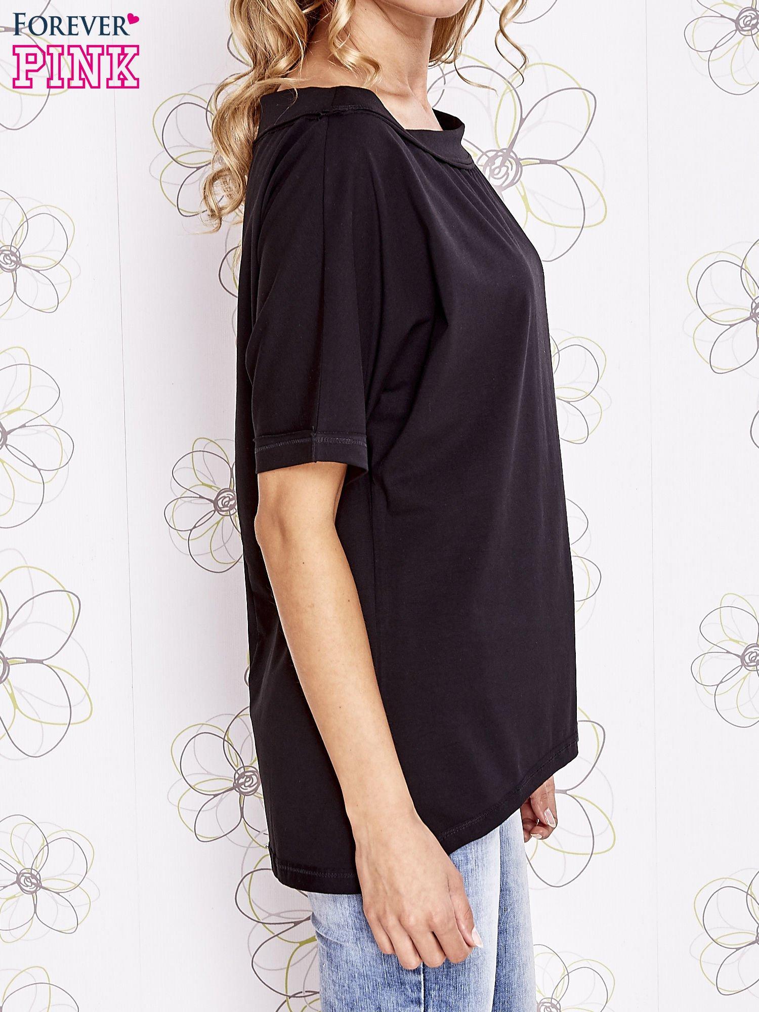 Czarny t-shirt z dekoltem w łódkę                                  zdj.                                  3