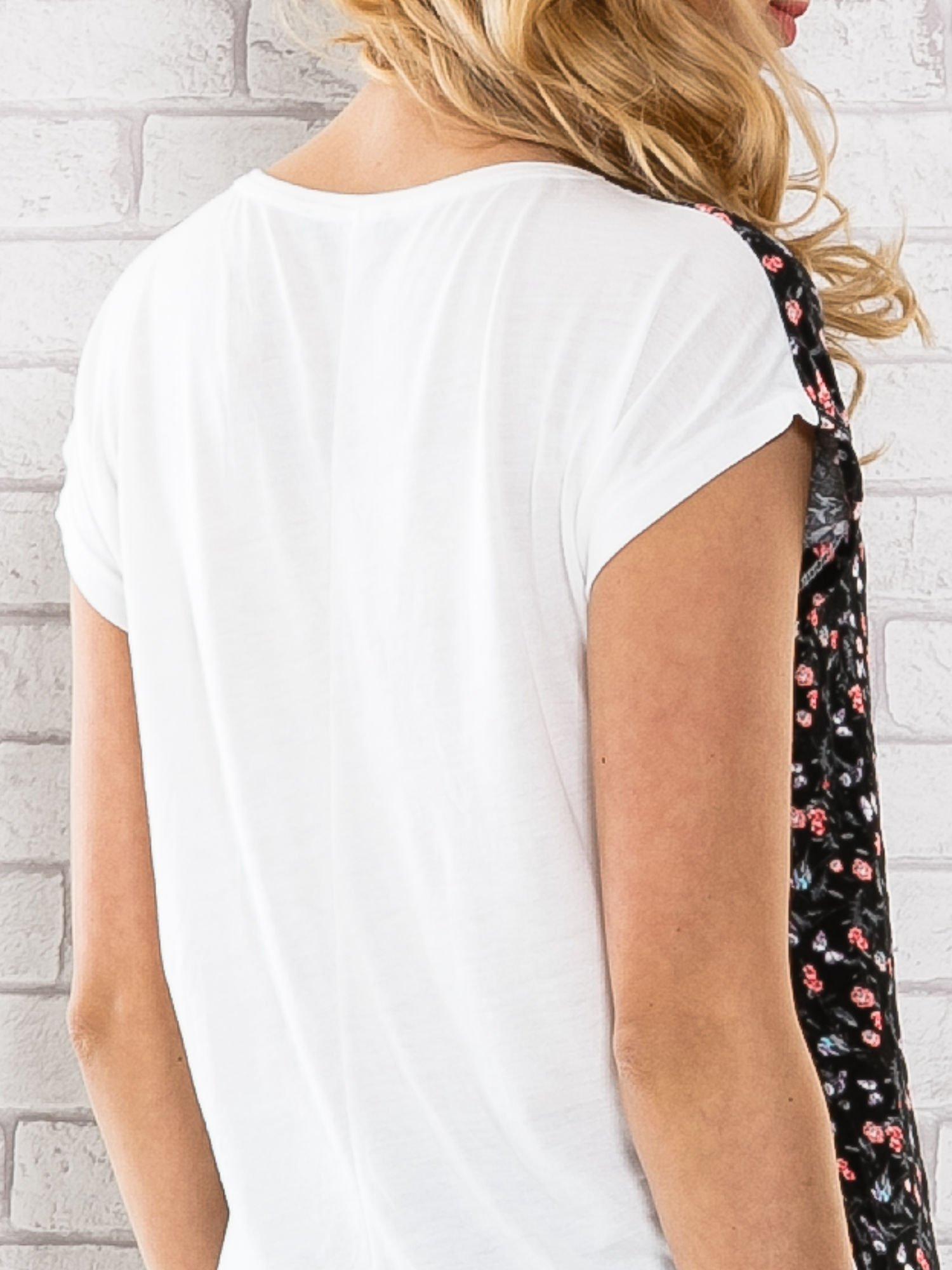 Czarny t-shirt z drobnym kwiatowym nadrukiem                                  zdj.                                  5