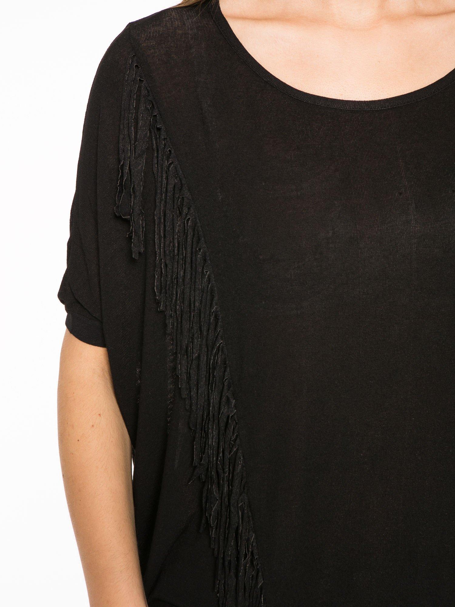 Czarny t-shirt z frędzlami i siateczkowym tyłem                                  zdj.                                  6