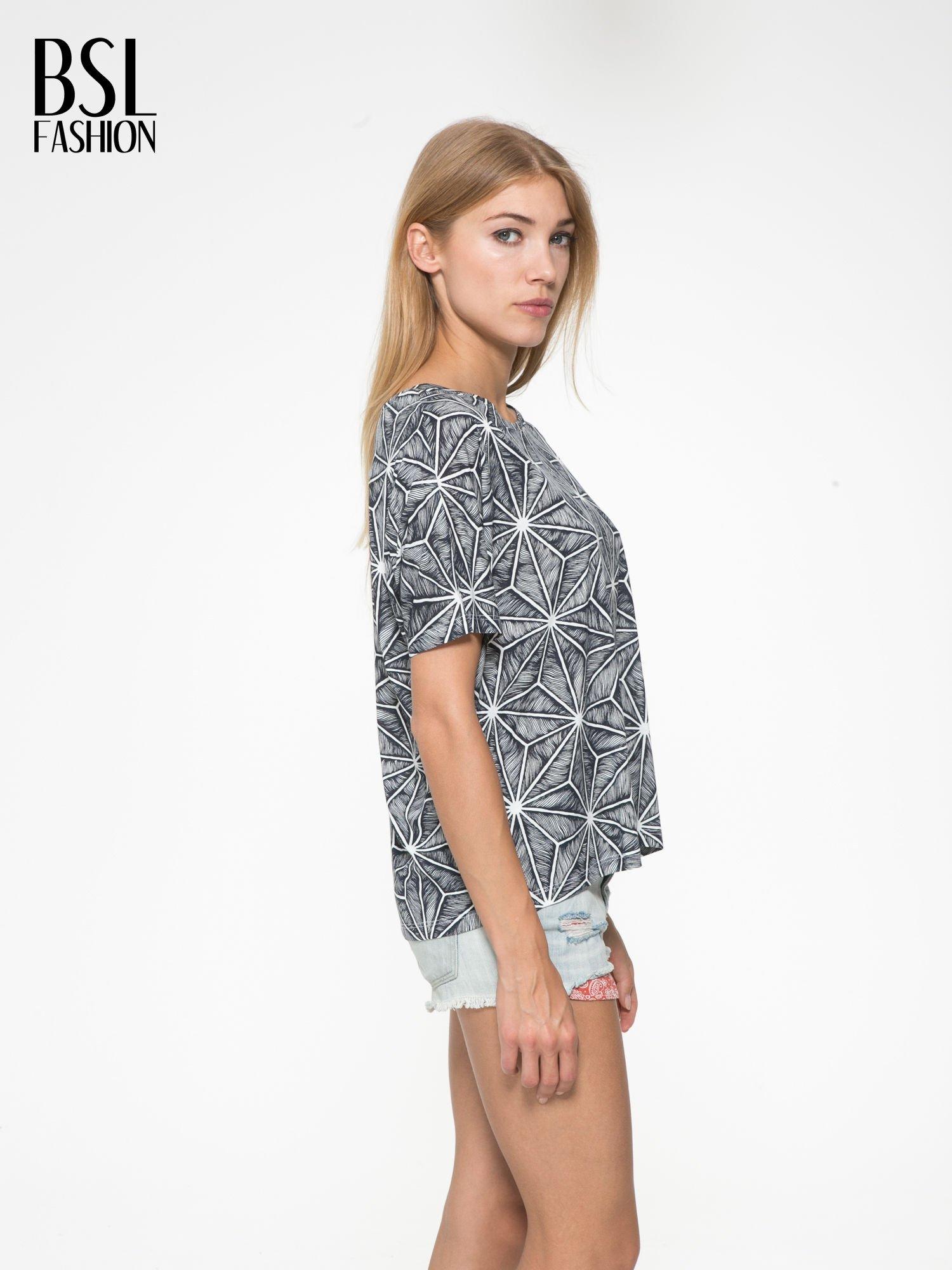 Czarny t-shirt z geometrycznym nadrukiem roślinnym                                  zdj.                                  3
