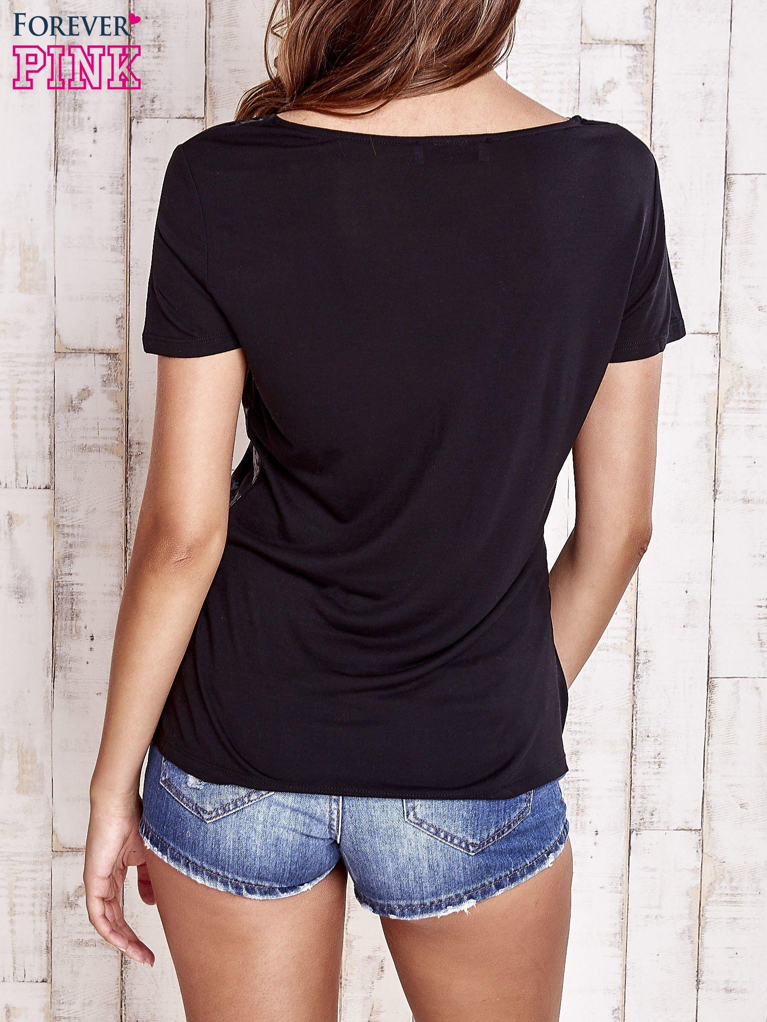 Czarny t-shirt z graficznym nadrukiem                                  zdj.                                  4