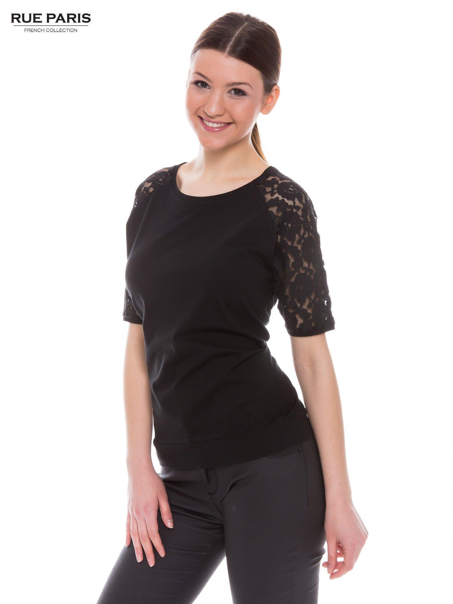 Czarny t-shirt z koronkowymi rękawami długości 3/4                                  zdj.                                  3