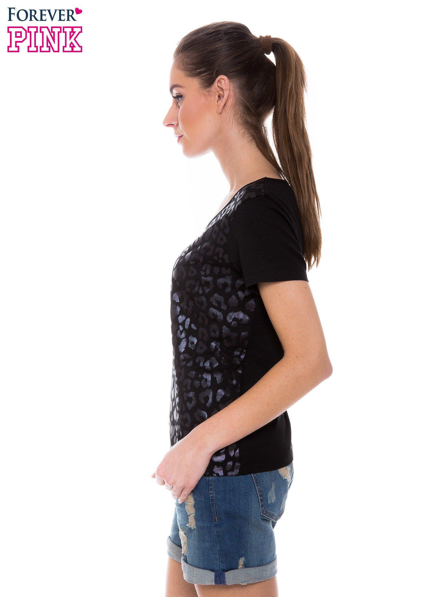 Czarny t-shirt z metalicznym nadrukiem w cętki pantery                                  zdj.                                  2