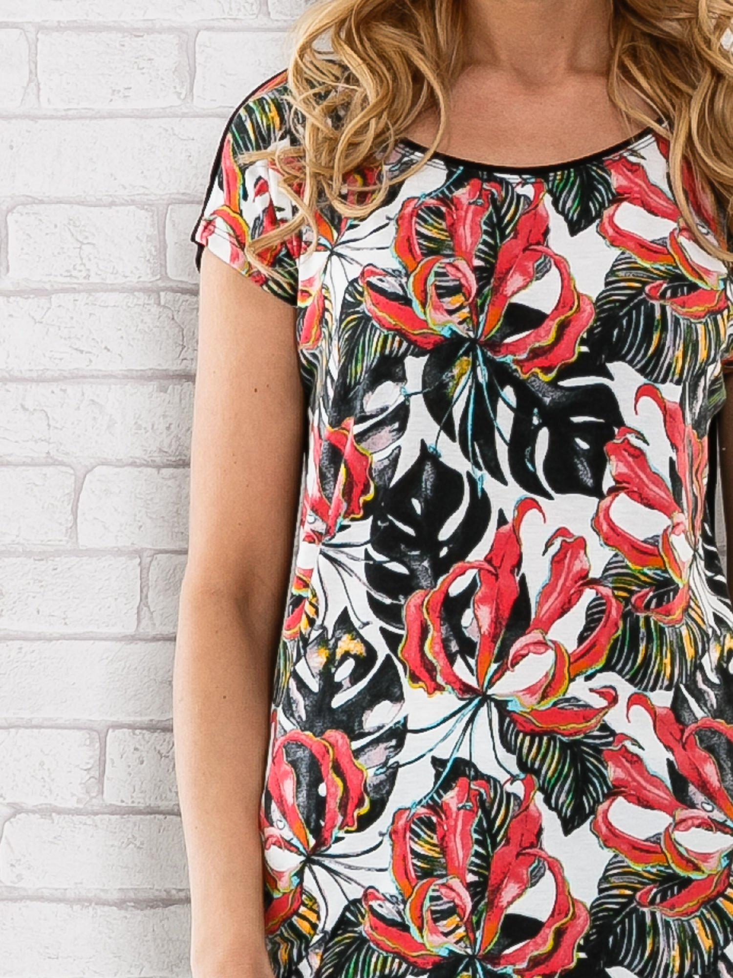 Czarny t-shirt z motywem egzotycznych kwiatów                                  zdj.                                  5