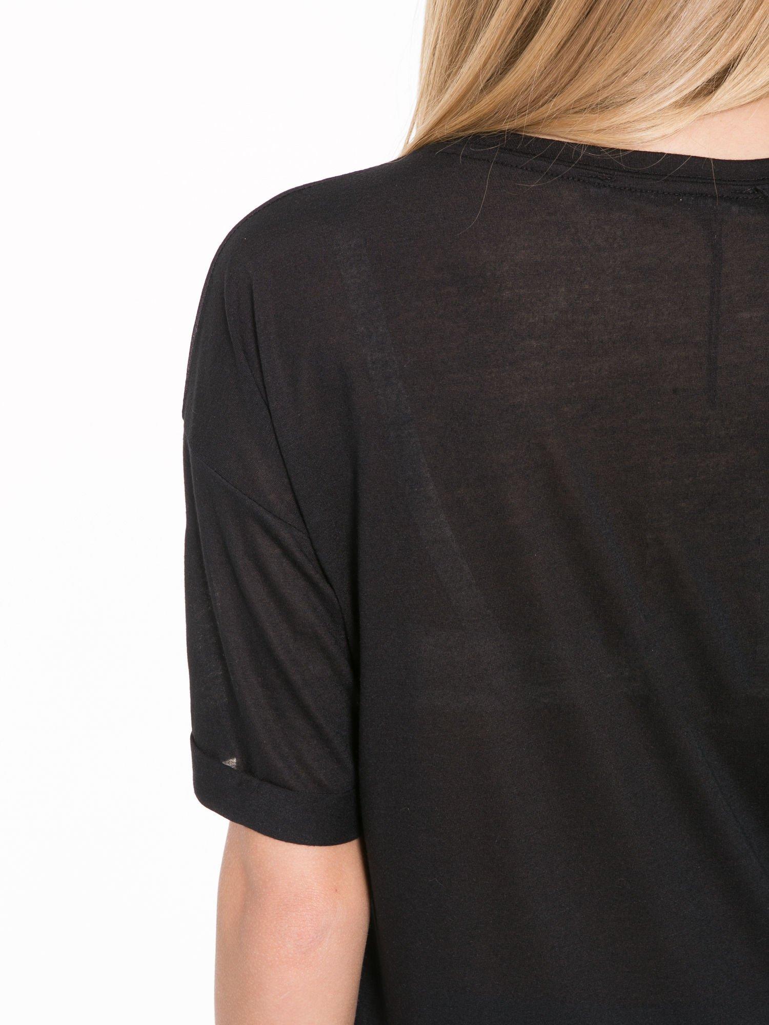 Czarny t-shirt z motywem religijnym                                  zdj.                                  8