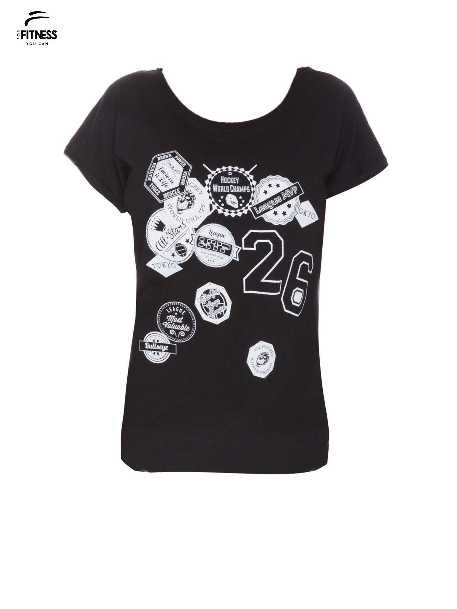 Czarny t-shirt z nadrukiem naszywek                                  zdj.                                  2