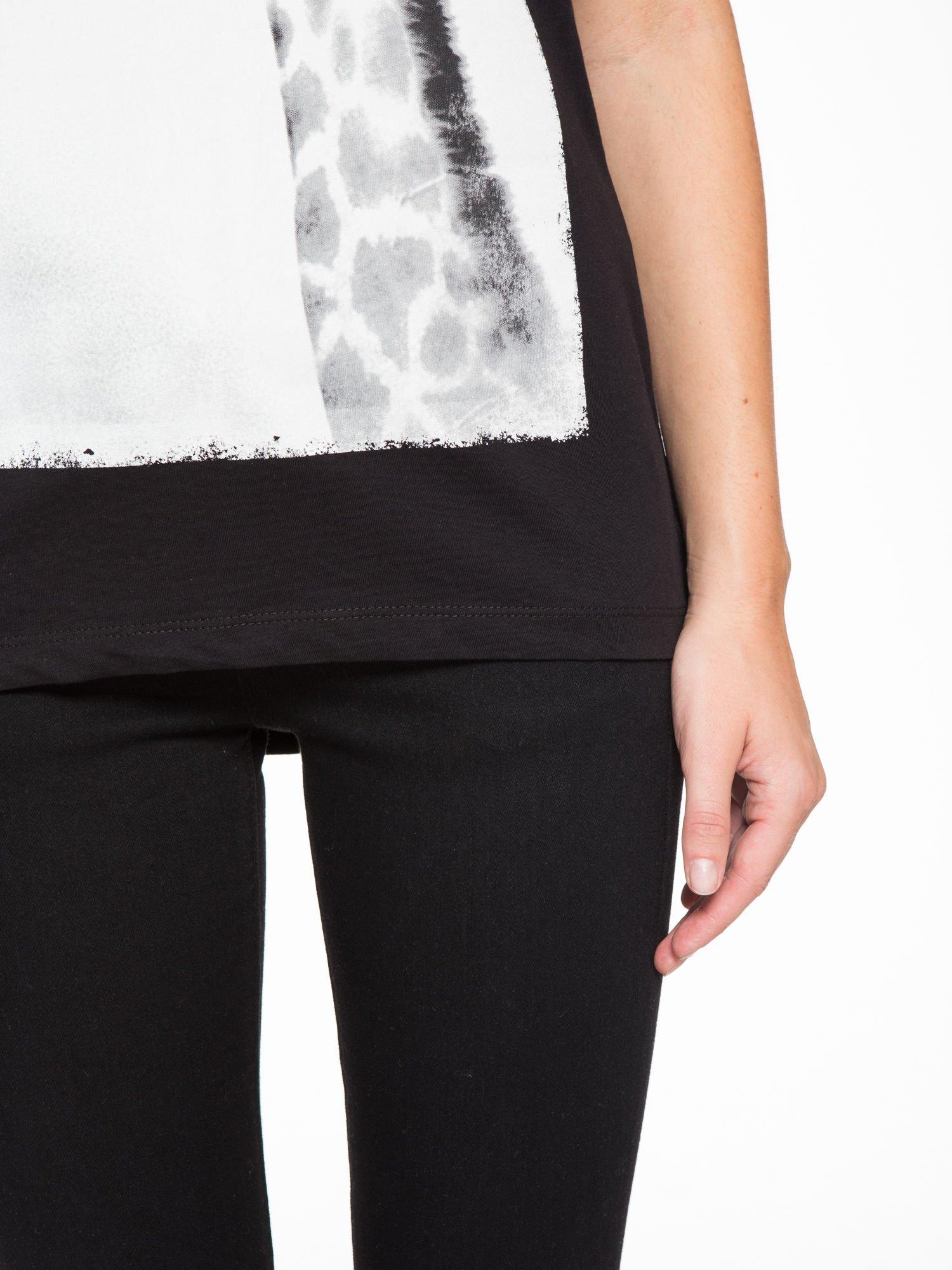 Czarny t-shirt z nadrukiem żyrafy                                  zdj.                                  7