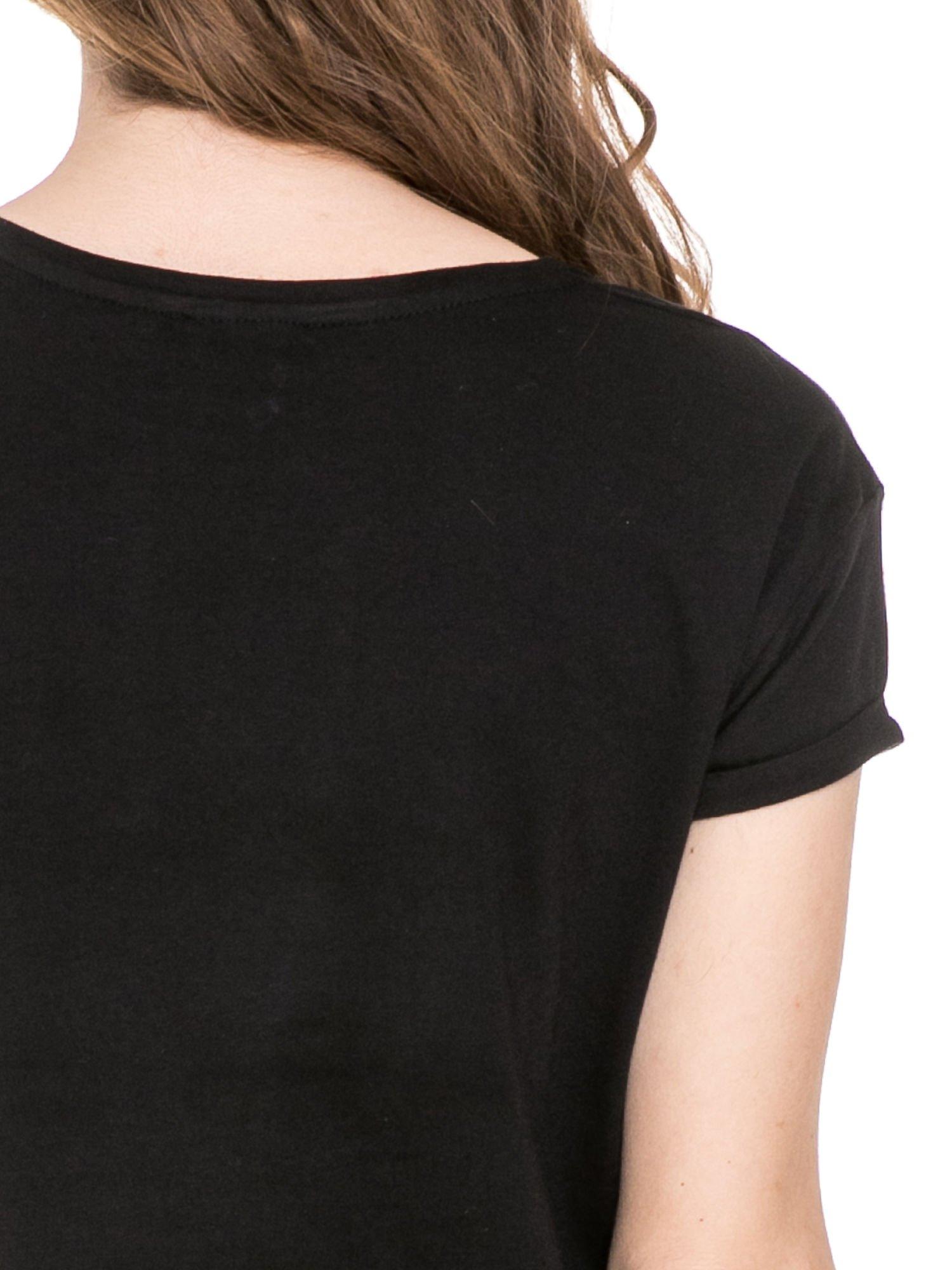 Czarny t-shirt z napisem I DON'T NEED A HERO z cekinów                                  zdj.                                  6