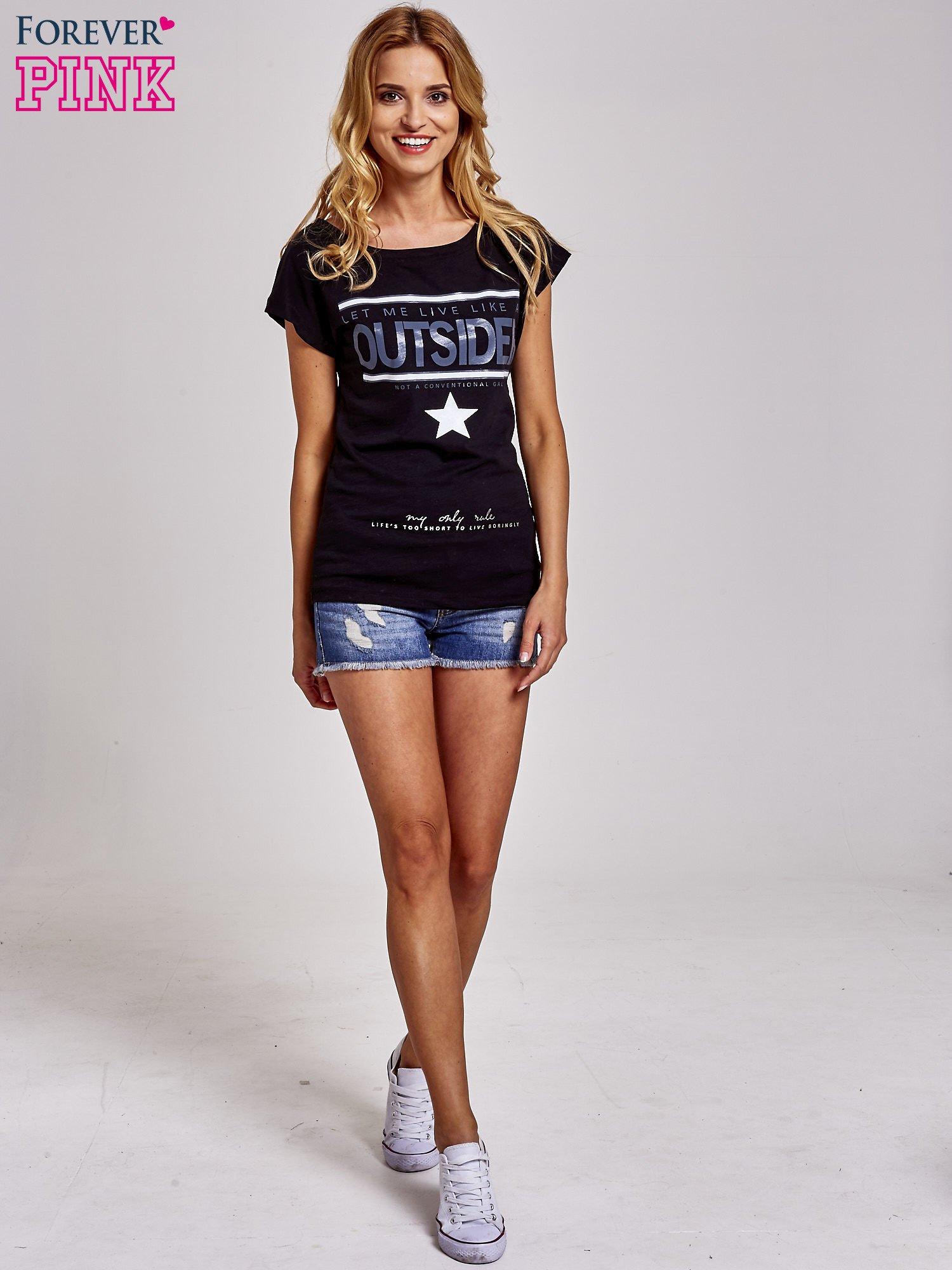 Czarny t-shirt z napisem OUTSIDER                                  zdj.                                  2