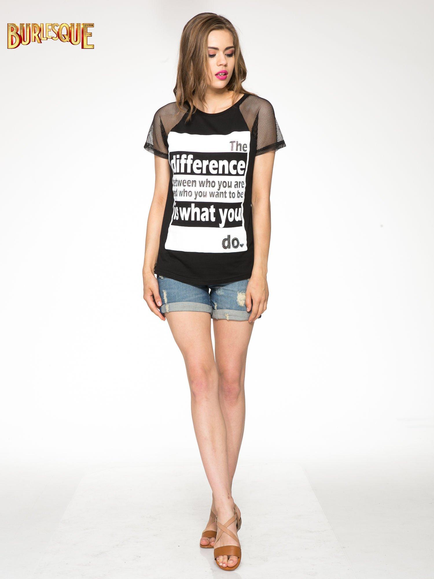 Czarny t-shirt z napisem i siateczkowymi rękawami                                  zdj.                                  2