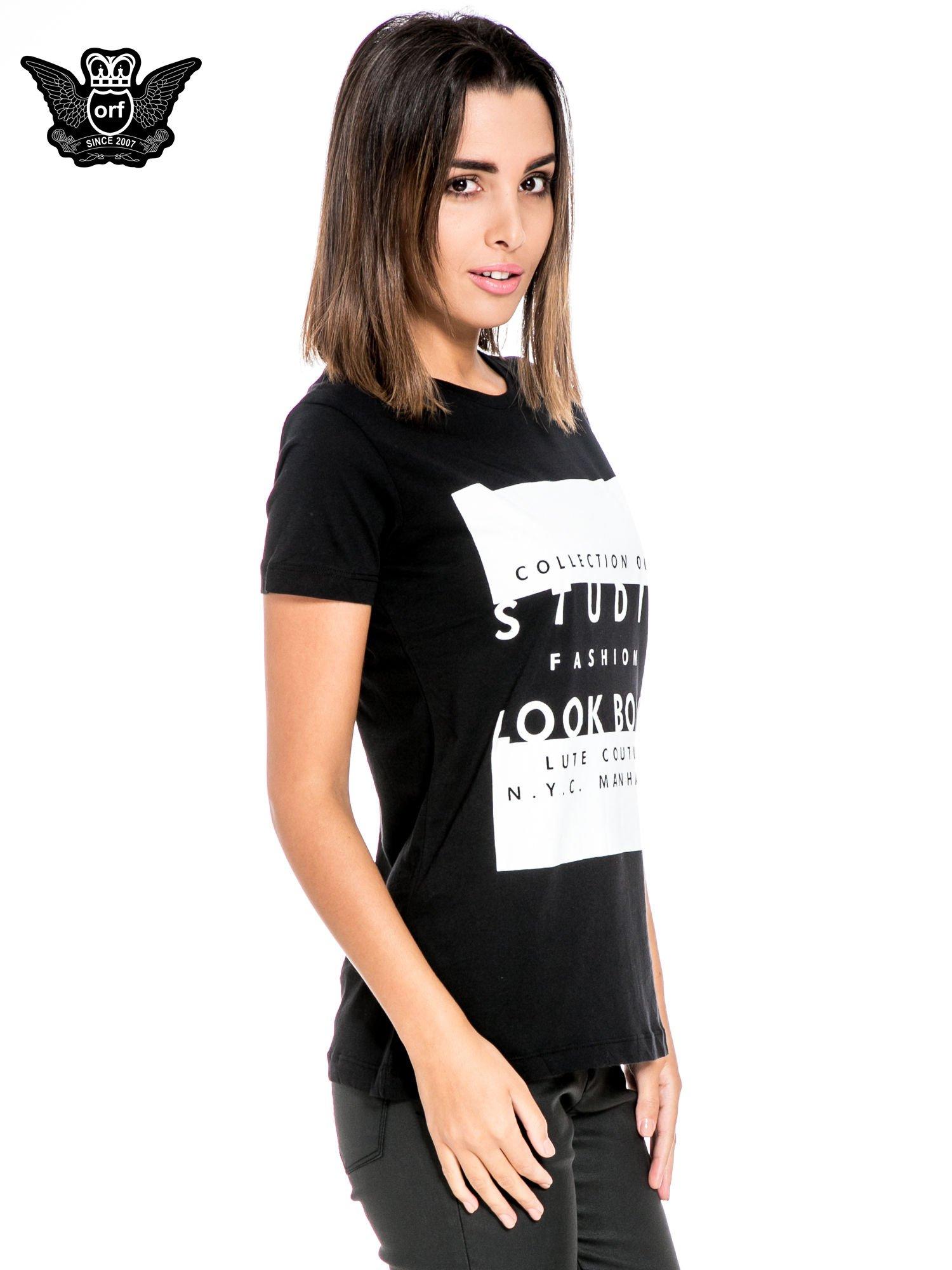 Czarny t-shirt z napisem w stylu fashion                                  zdj.                                  3
