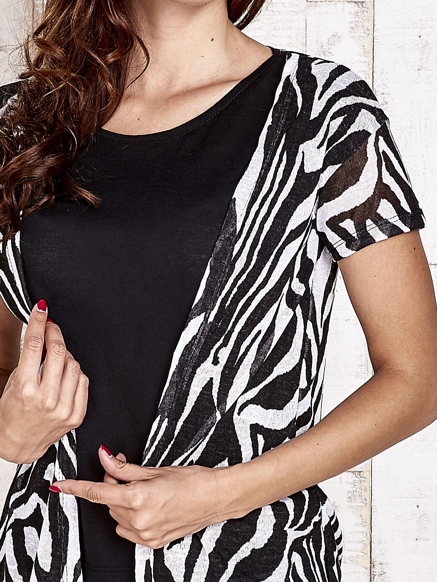 Czarny t-shirt z narzutką w zebrę                                  zdj.                                  5