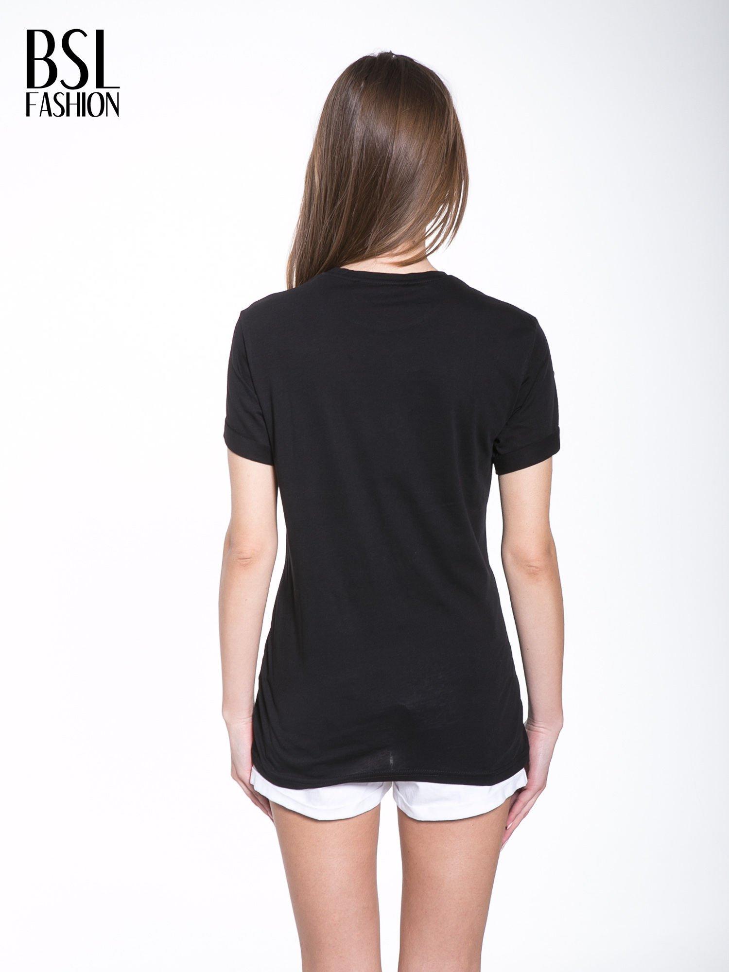 Czarny t-shirt z nazwami stolic mody                                  zdj.                                  4
