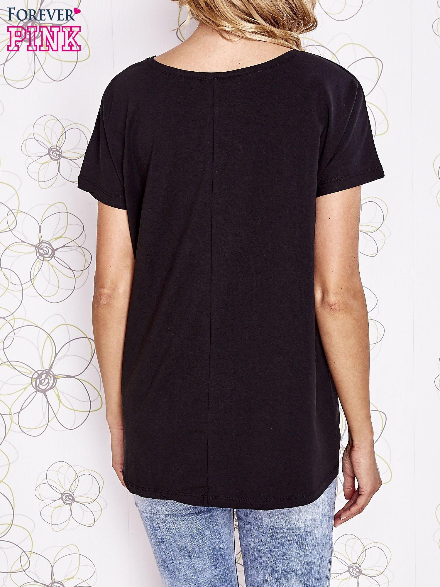 Czarny t-shirt z ozdobnym napisem i kokardą                                  zdj.                                  2