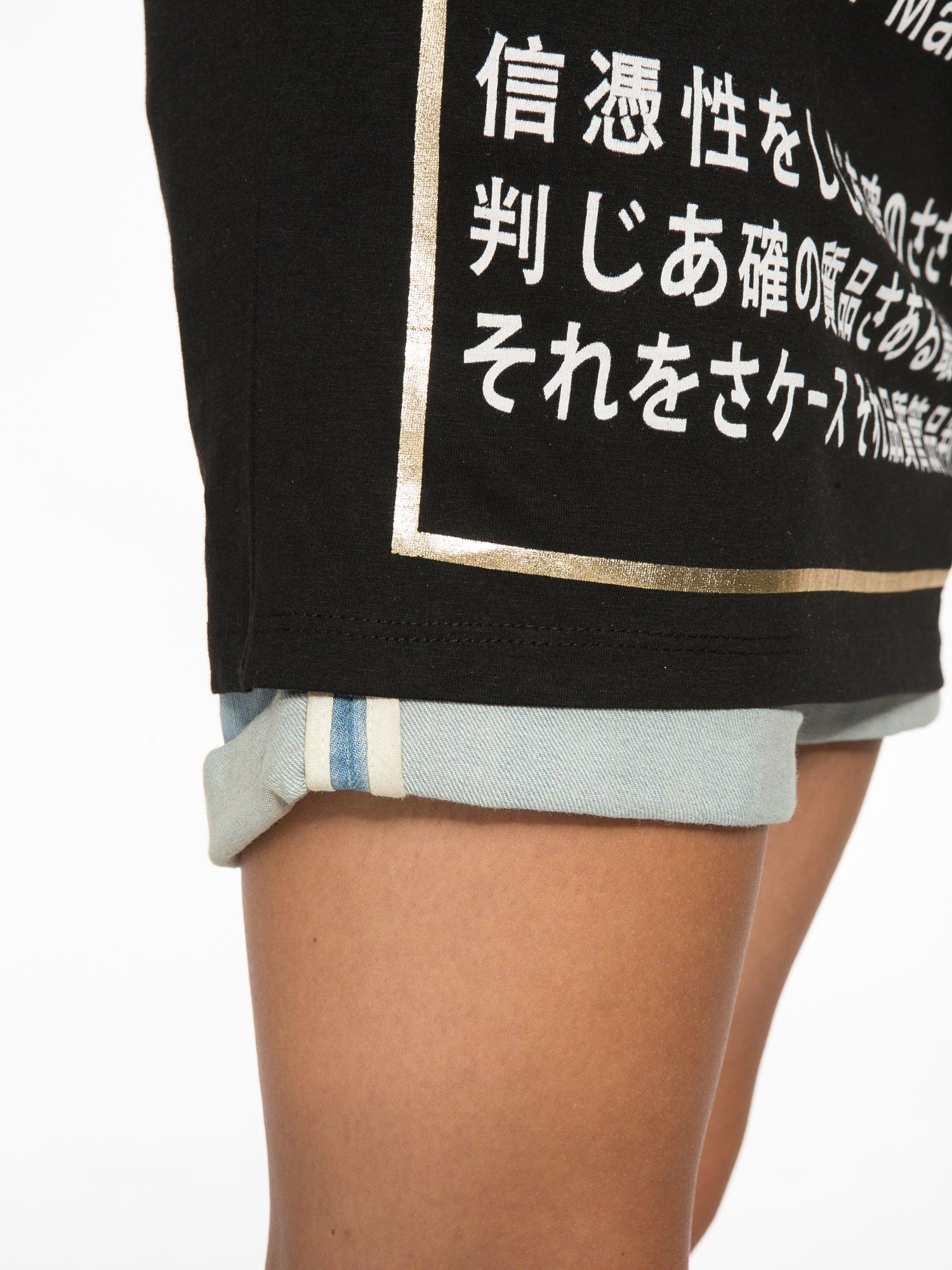 Czarny t-shirt z tekstowym nadrukiem i znakami chińskimi                                  zdj.                                  11