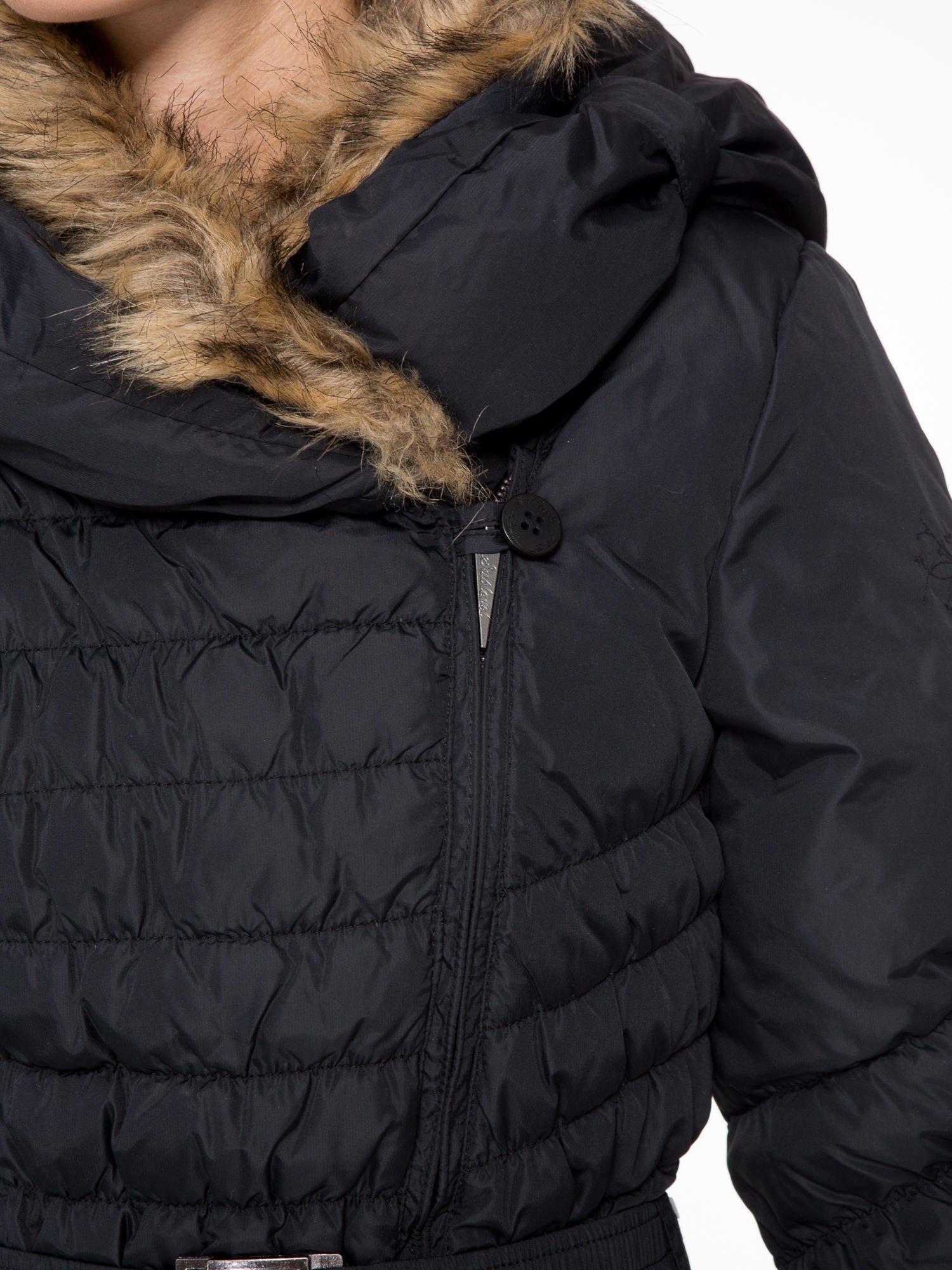 Czarny taliowany puchowy płaszcz z futrzanym kapturo-kołnierzem                                  zdj.                                  8