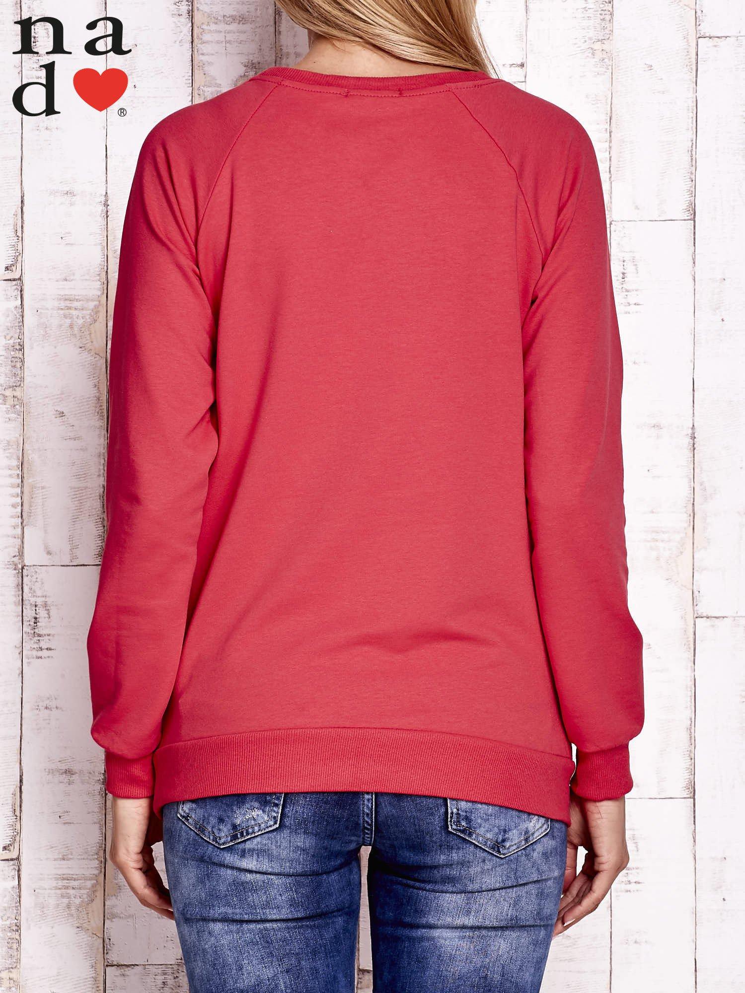 Czerwona bluza z napisem PRZESYŁAM DOBRĄ ENERGIĘ                                  zdj.                                  3