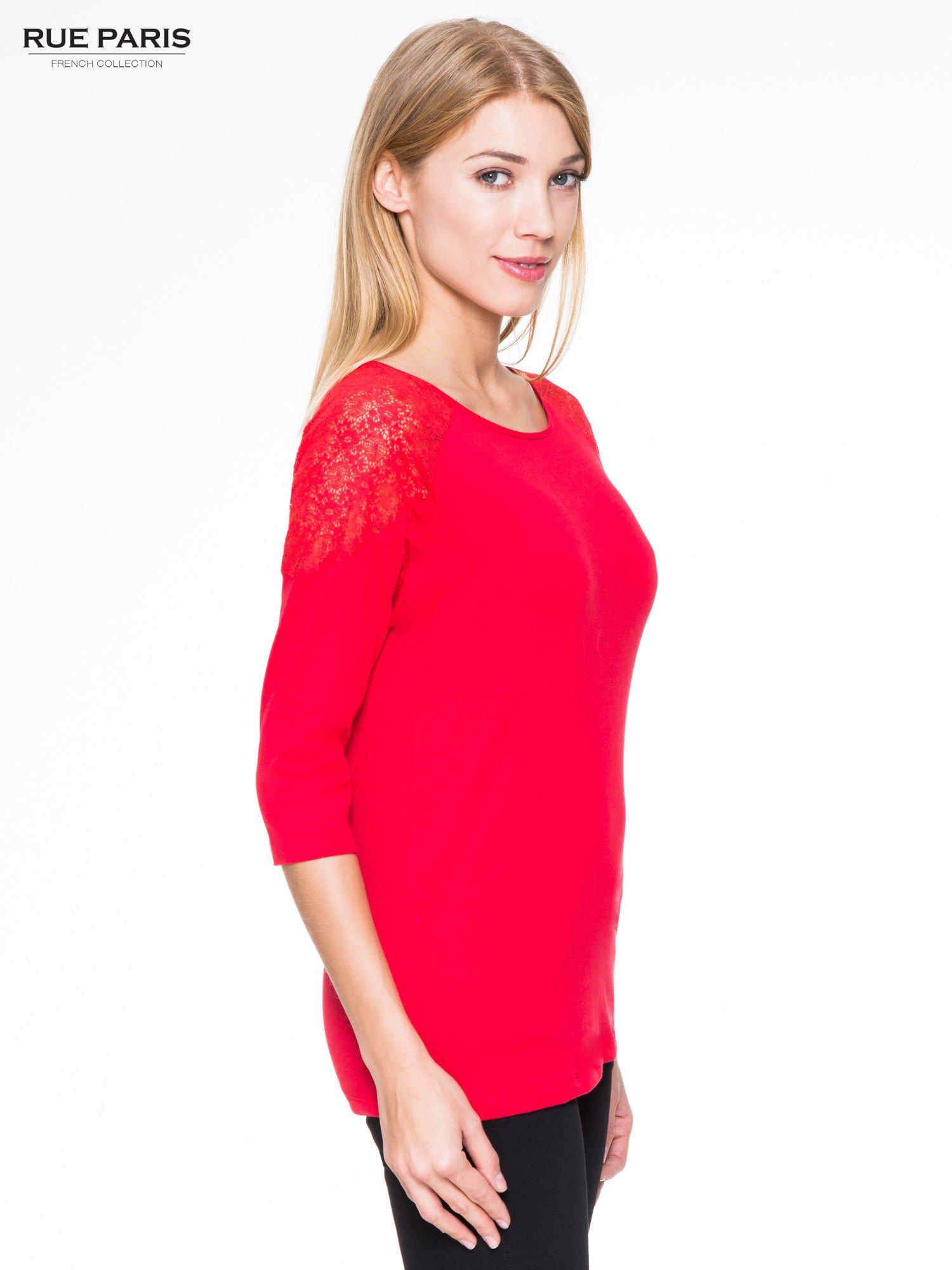 Czerwona bluzka z koronkową wstawką na ramionach                                  zdj.                                  3