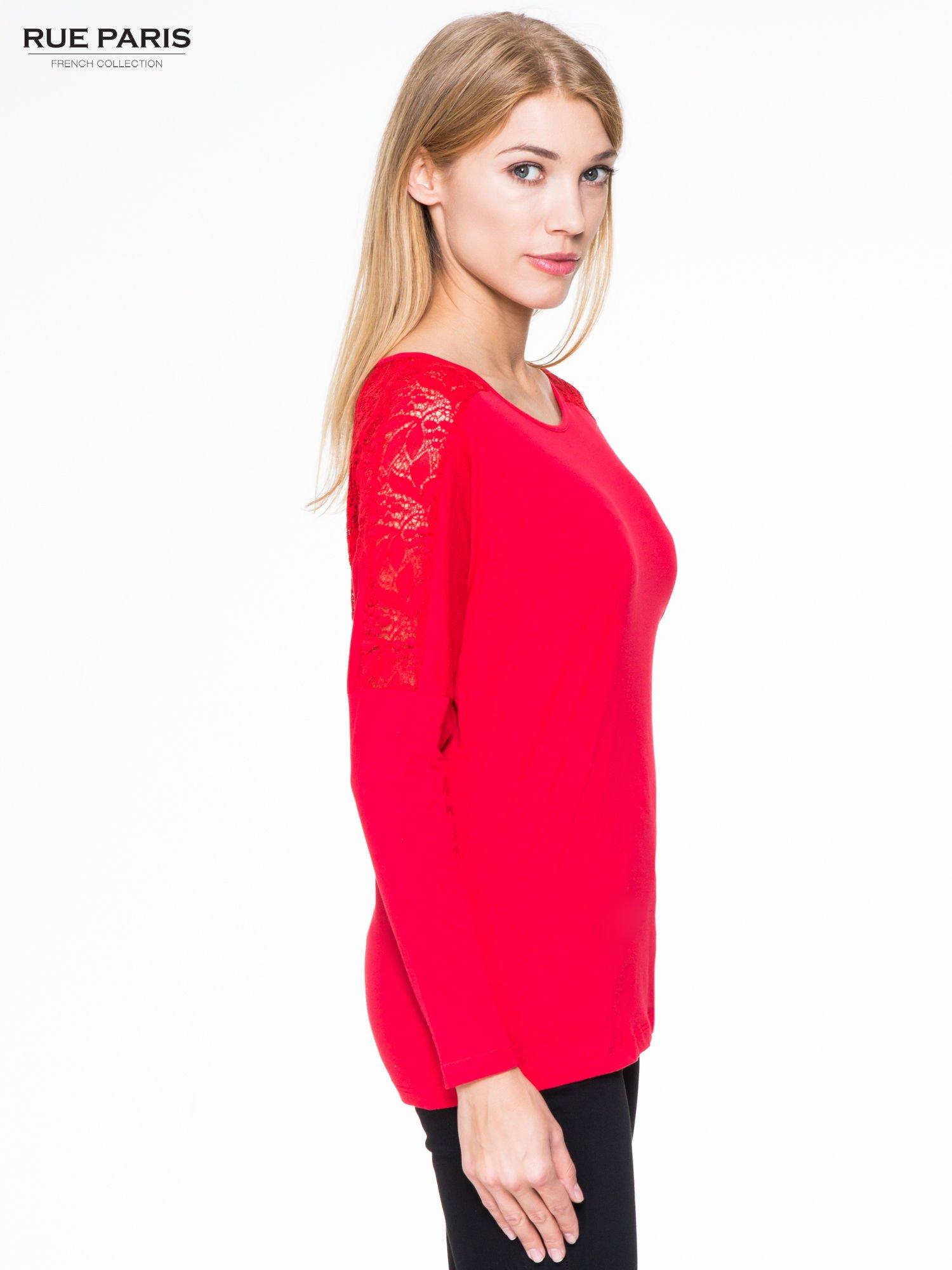 Czerwona bluzka z koronkową wstawką na rękawach i z tyłu                                  zdj.                                  3
