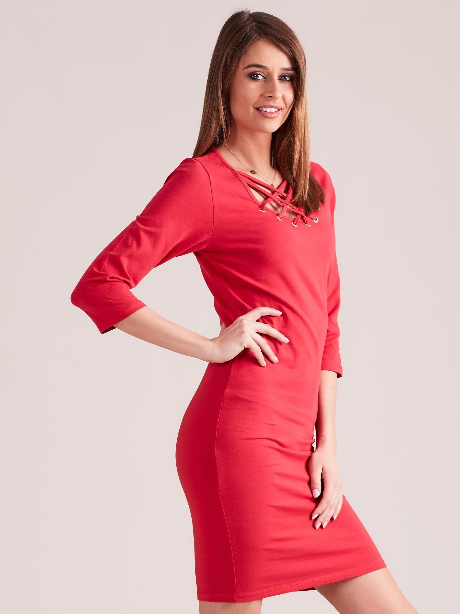 a15e7ae9c9 2  Czerwona dopasowana sukienka bawełniana z ozdobnym dekoltem ...