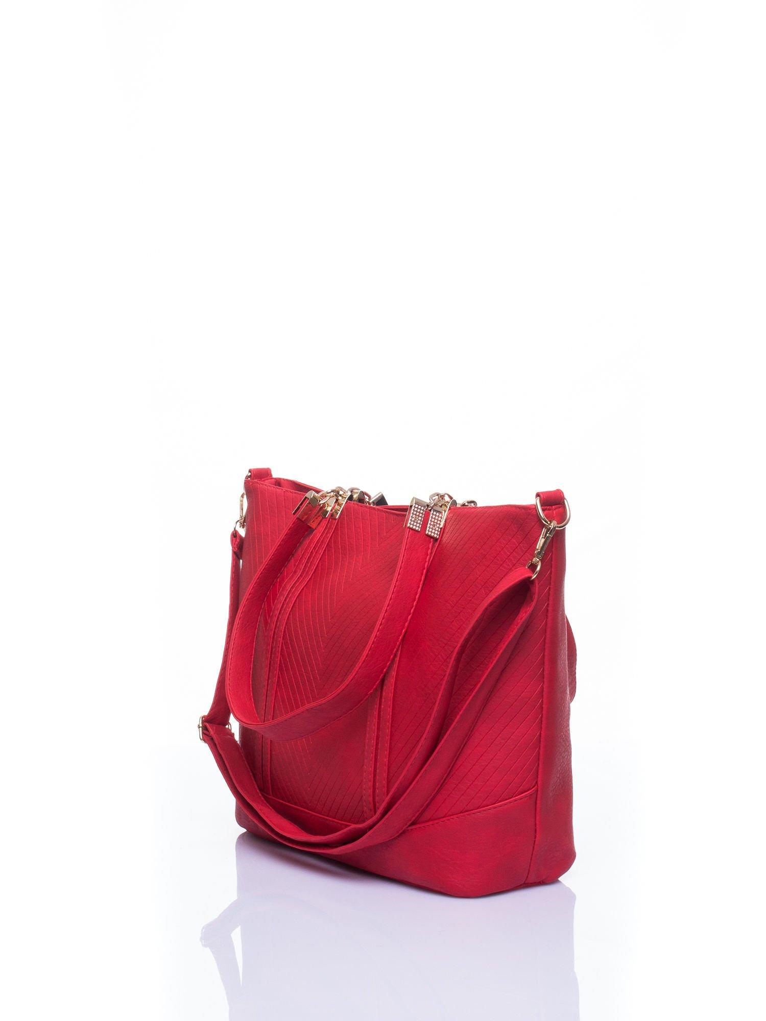 Czerwona fakturowana torebka damska ze złotymi okuciami                                  zdj.                                  4