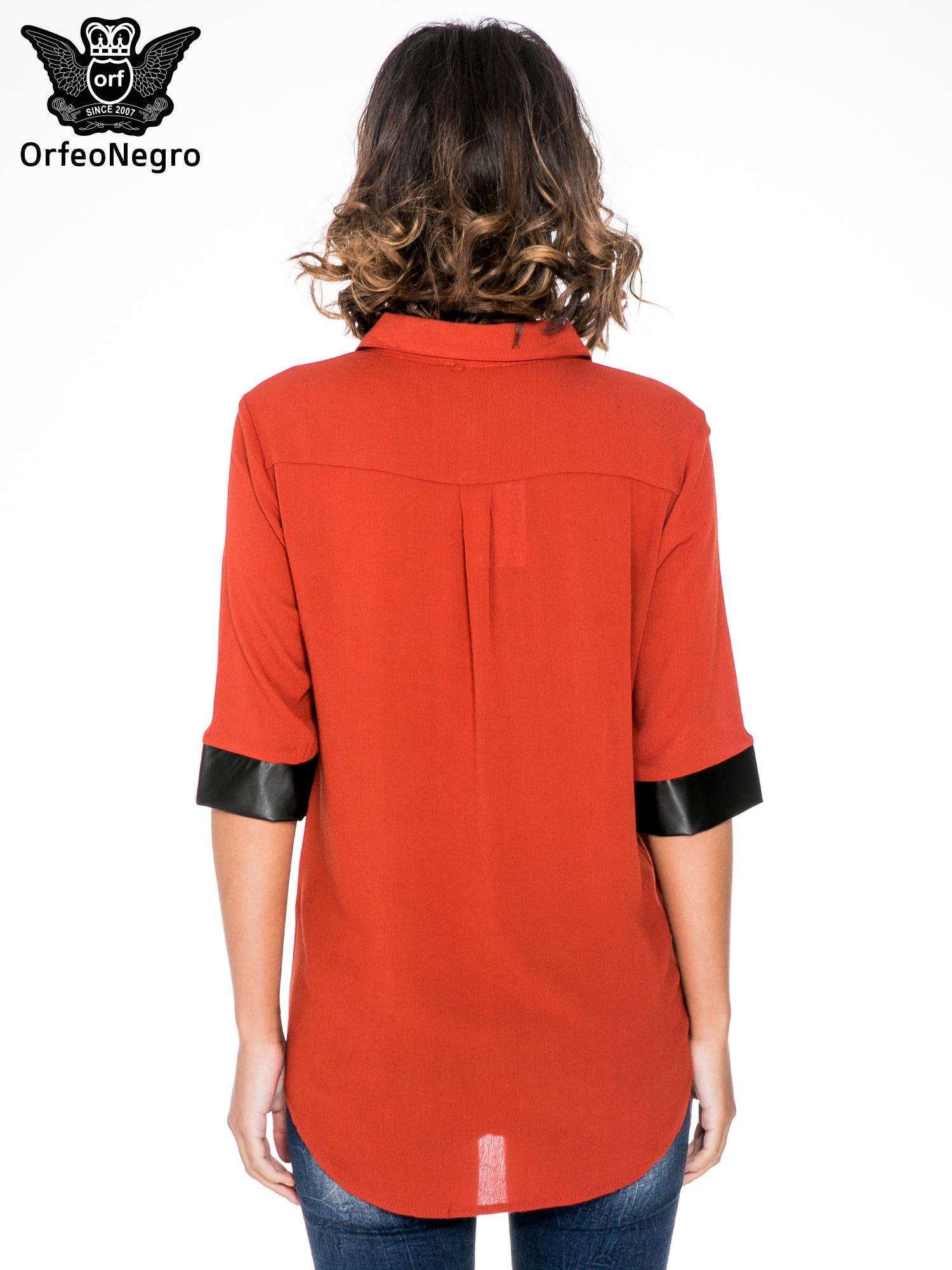 Czerwona koszula ze skórzanymi mankietami                                  zdj.                                  2