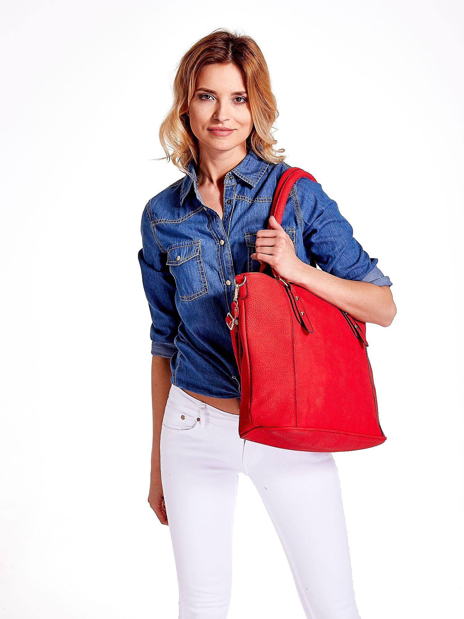 Czerwona miejska torba z ozdobnymi klamrami                                  zdj.                                  6