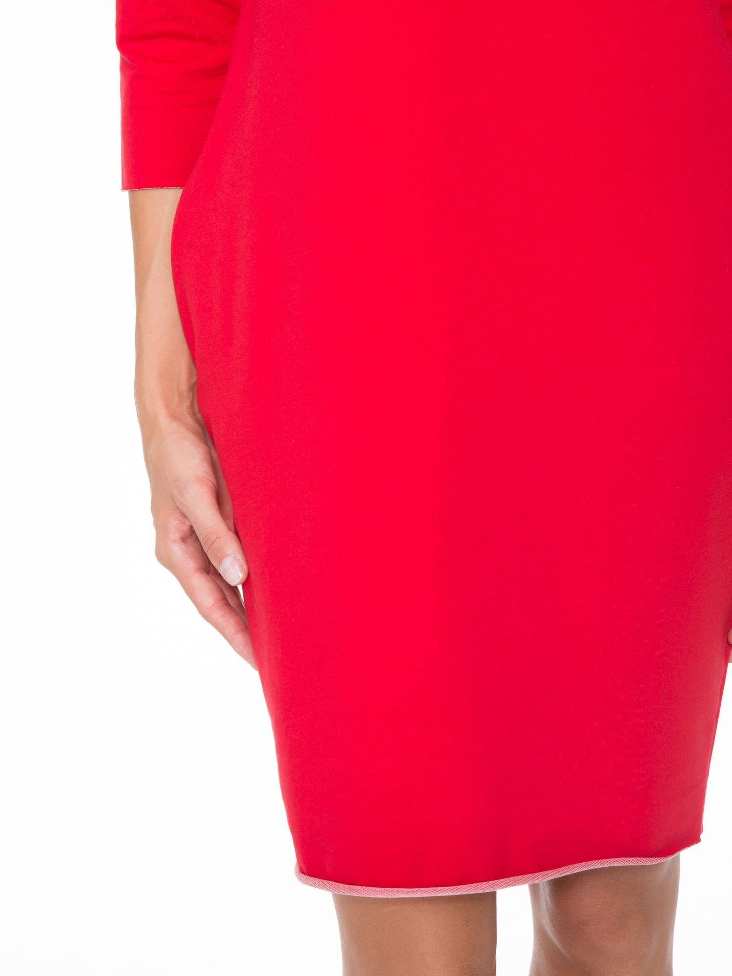Czerwona prosta sukienka z surowym wykończeniem i kieszeniami                                  zdj.                                  6