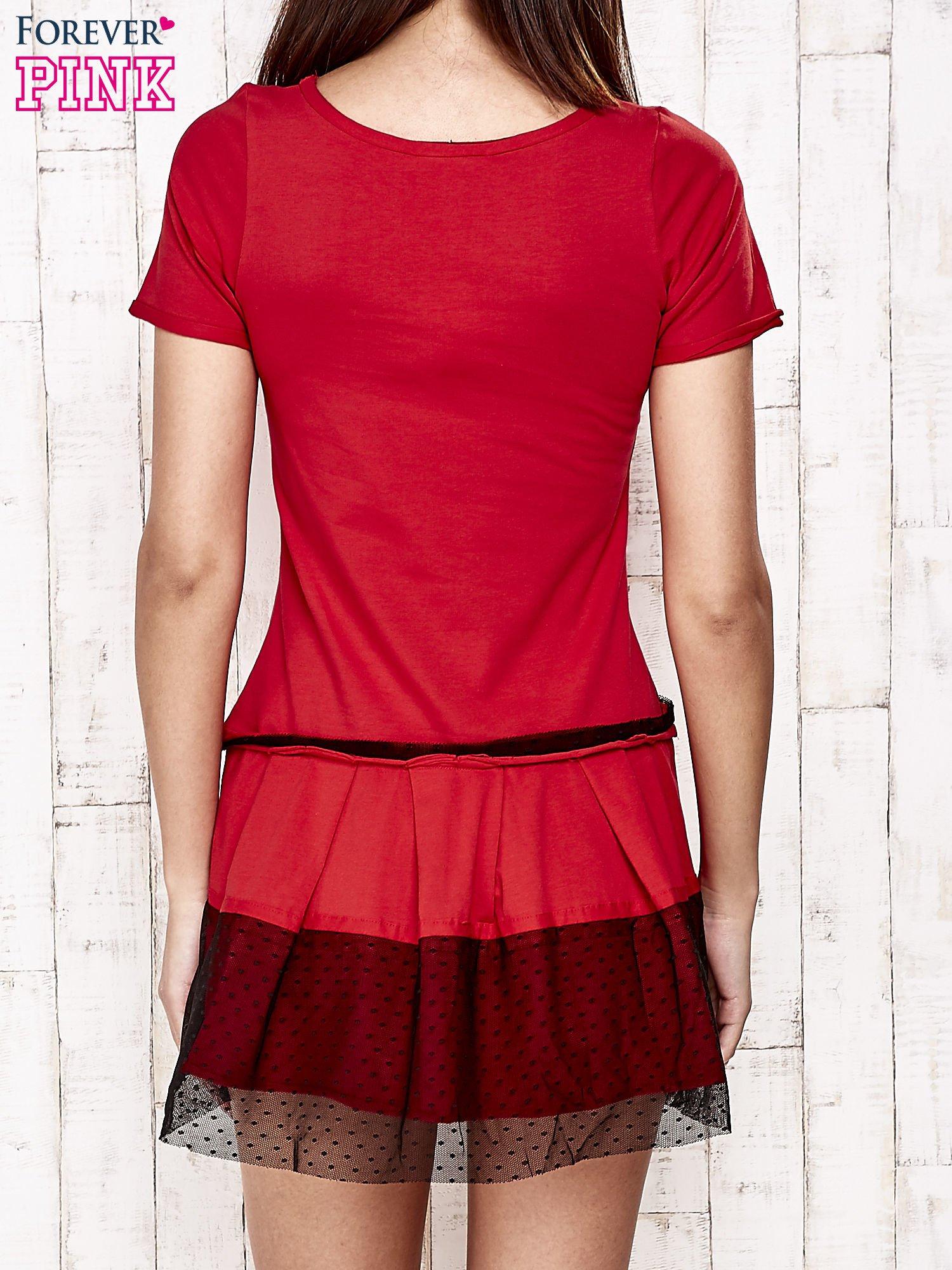 Czerwona sukienka dresowa z kontrafałdami i tiulem w groszki                                  zdj.                                  4