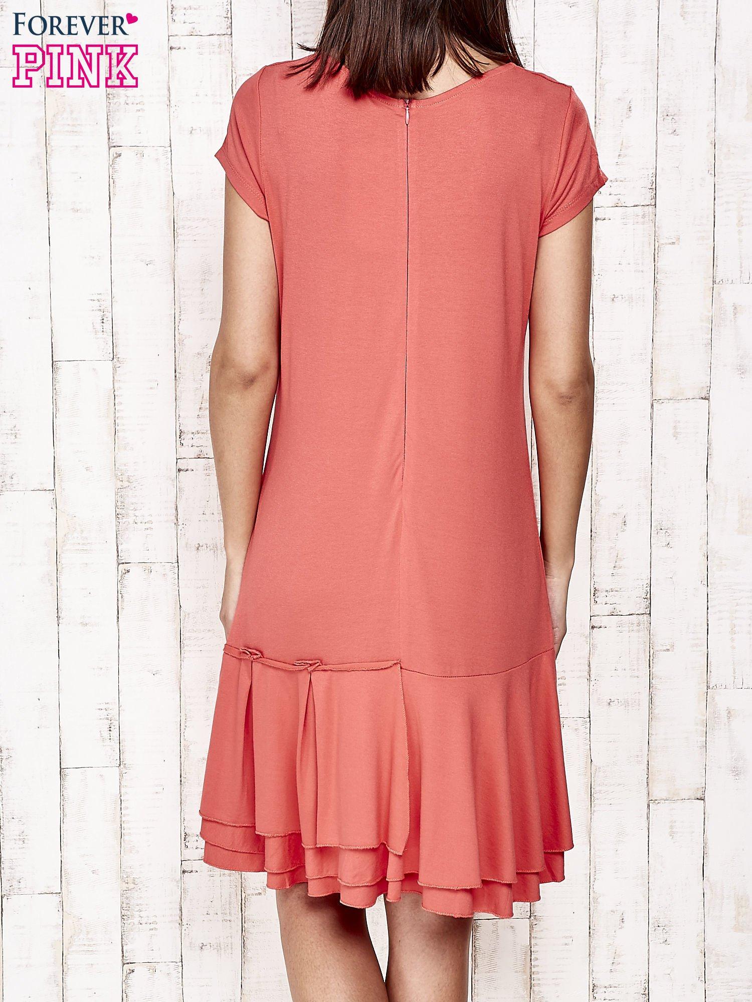 Czerwona sukienka dresowa z ozdobną falbaną                                  zdj.                                  4