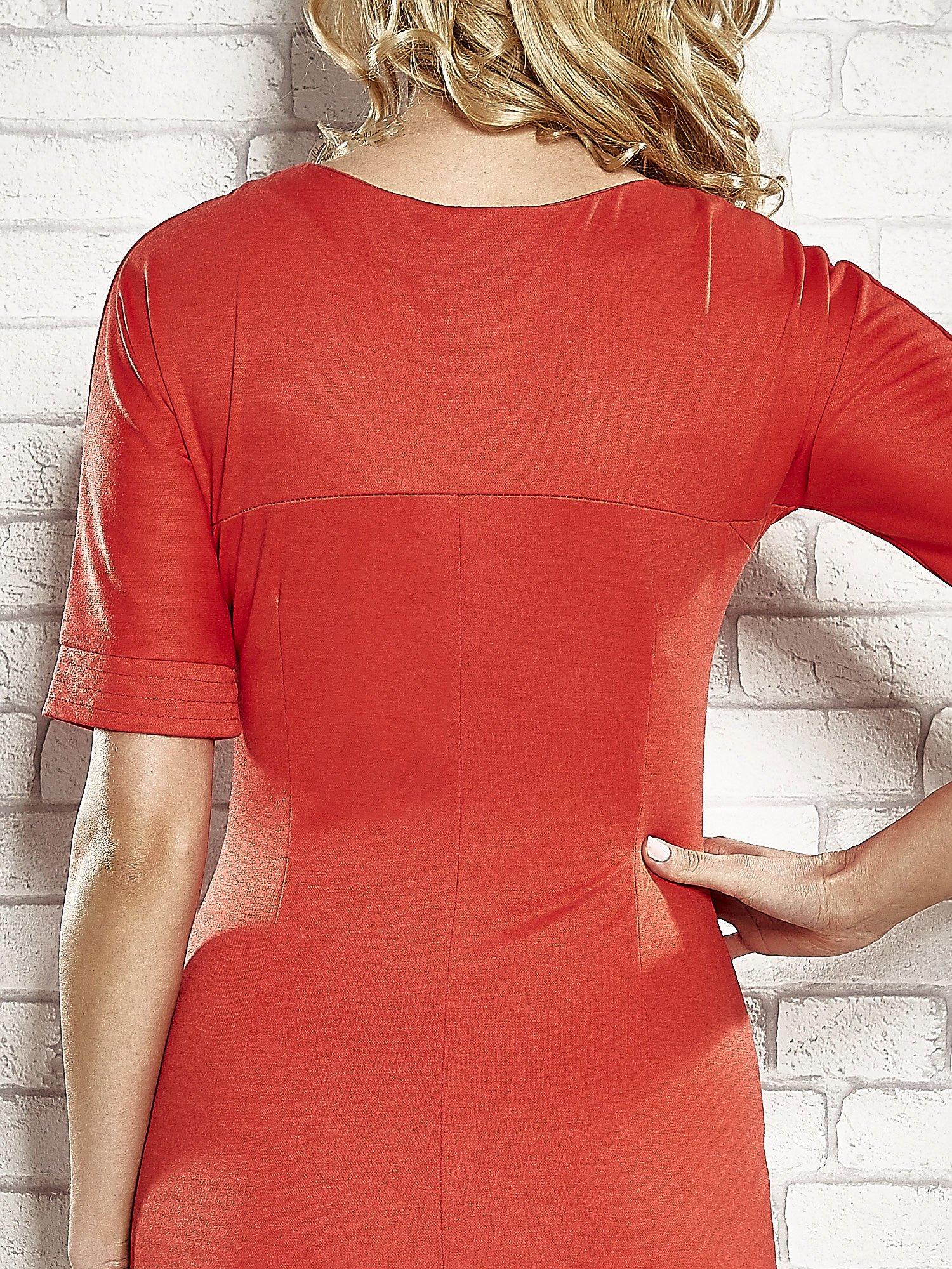 Czerwona sukienka z aplikacją na kieszeniach                                  zdj.                                  6