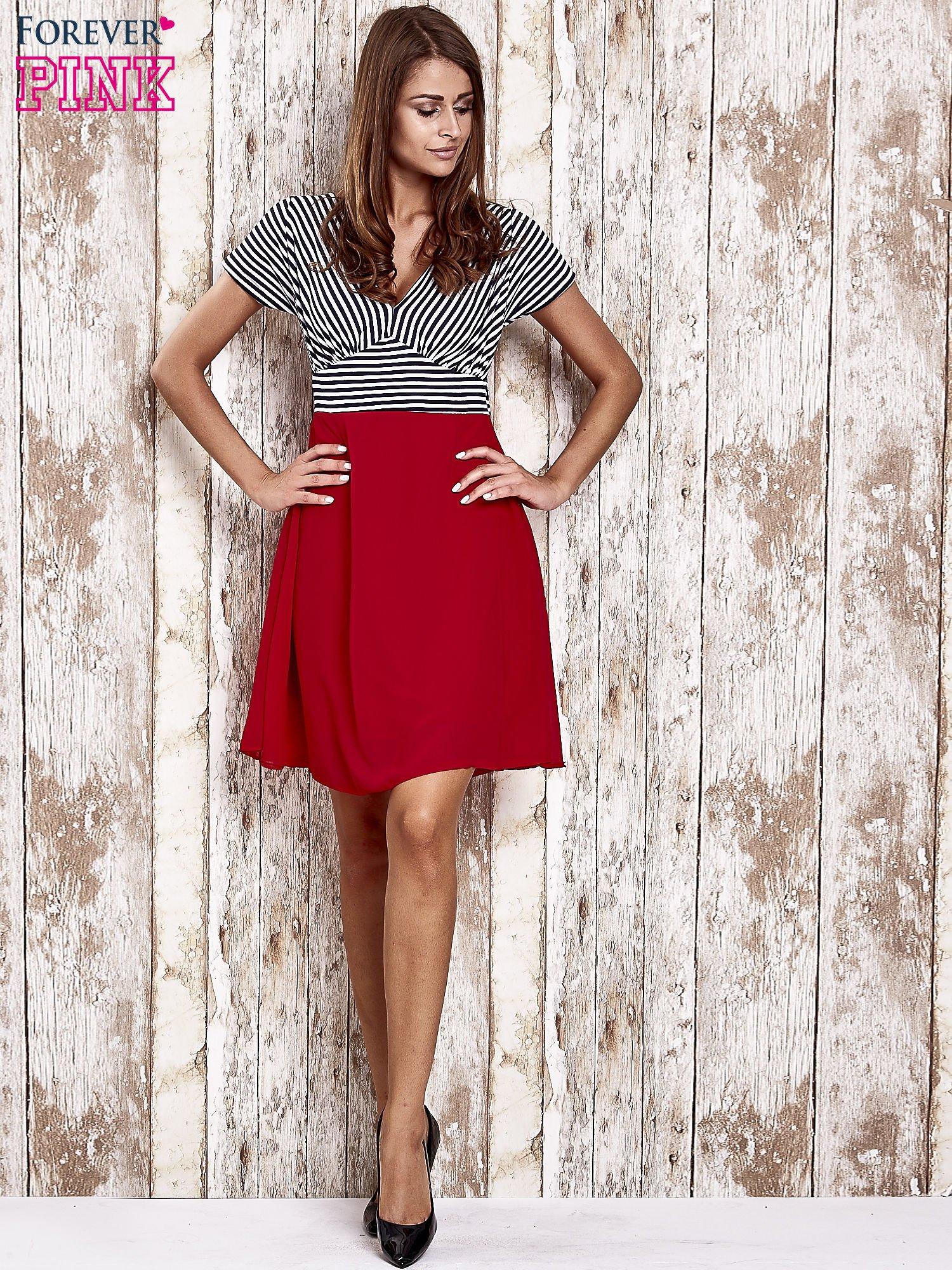 Czerwona sukienka z marszczonym dekoltem w paski                                  zdj.                                  4