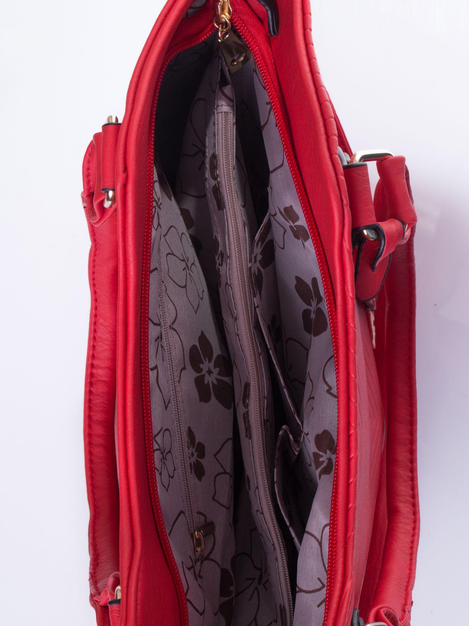 Czerwona torebka fakturowana w pasy                                   zdj.                                  5