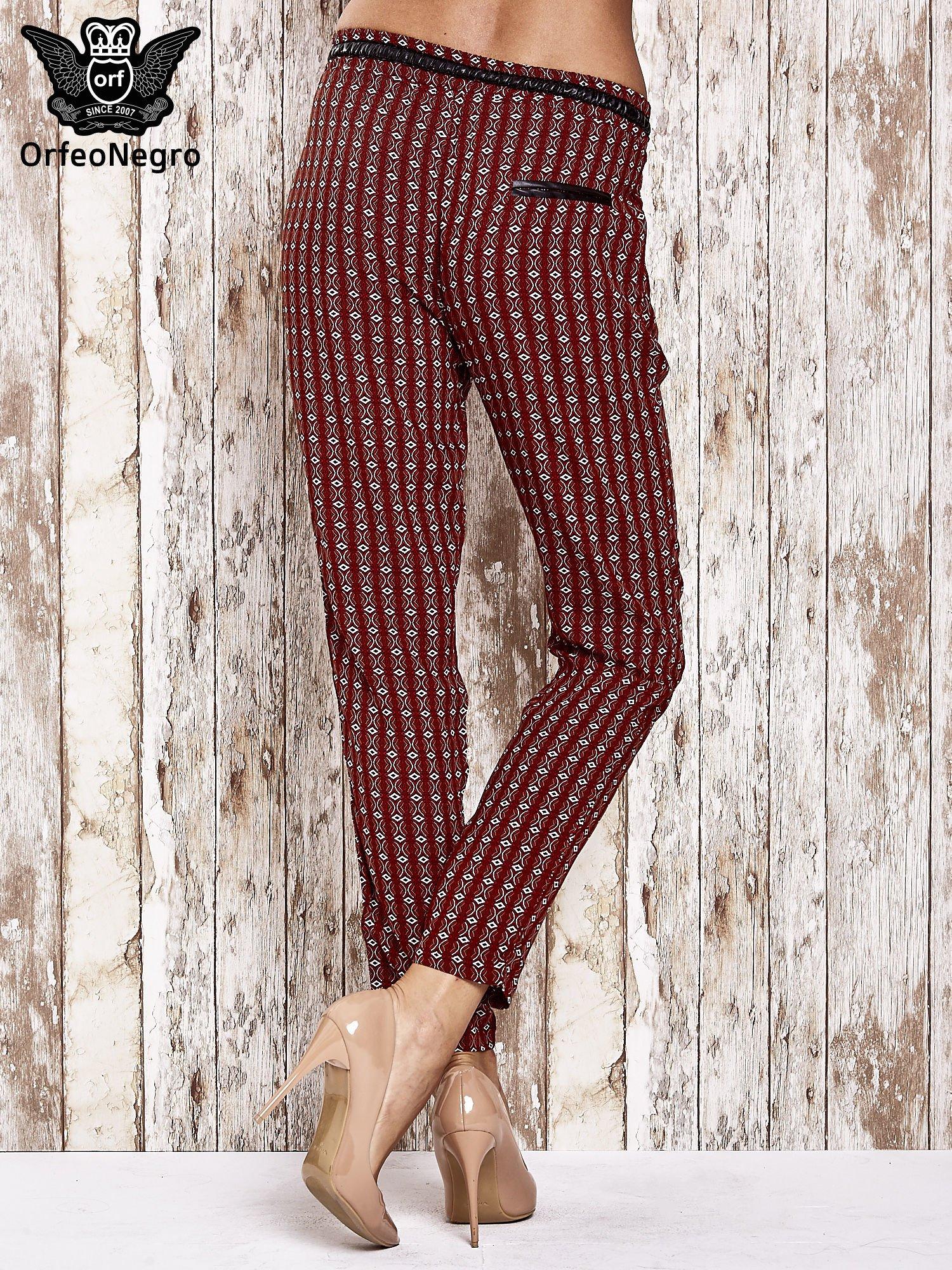 Czerwone lejące wzorzyste spodnie                                  zdj.                                  2