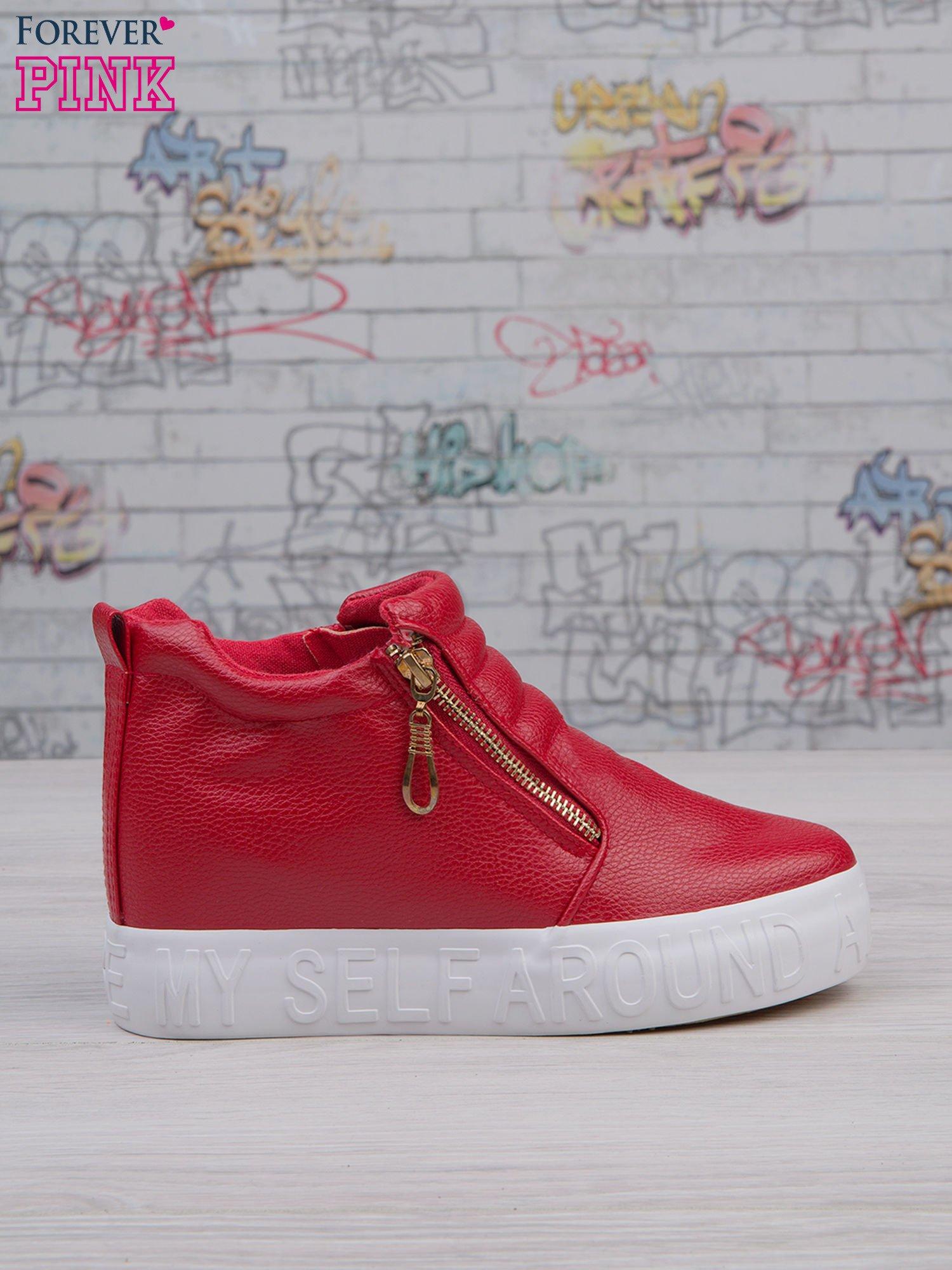 Czerwone skórzane buty slip on Tracy ze złotym suwakiem i napisem                                  zdj.                                  2