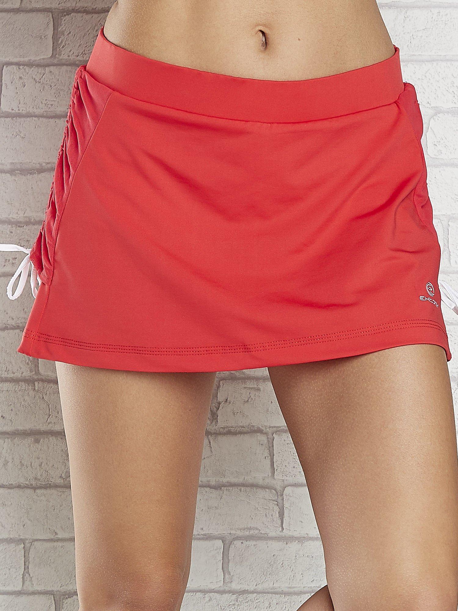 Czerwone spodenki spódniczka tenisowa z troczkami na bokach                                  zdj.                                  4