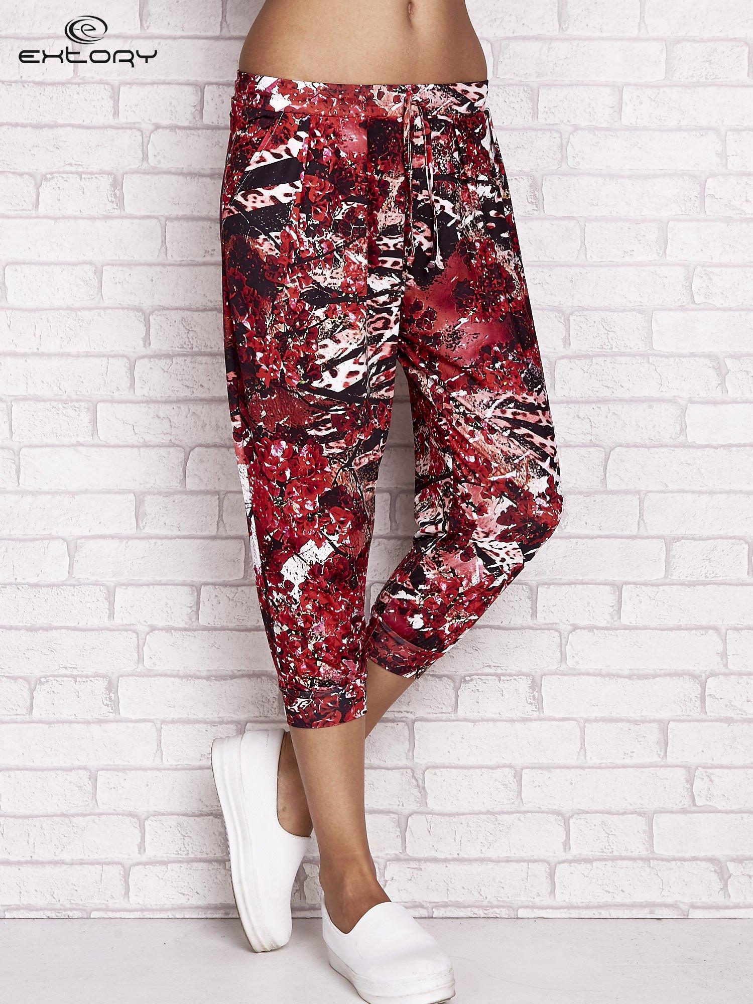 Czerwone spodnie capri z motywem floral print                                  zdj.                                  1
