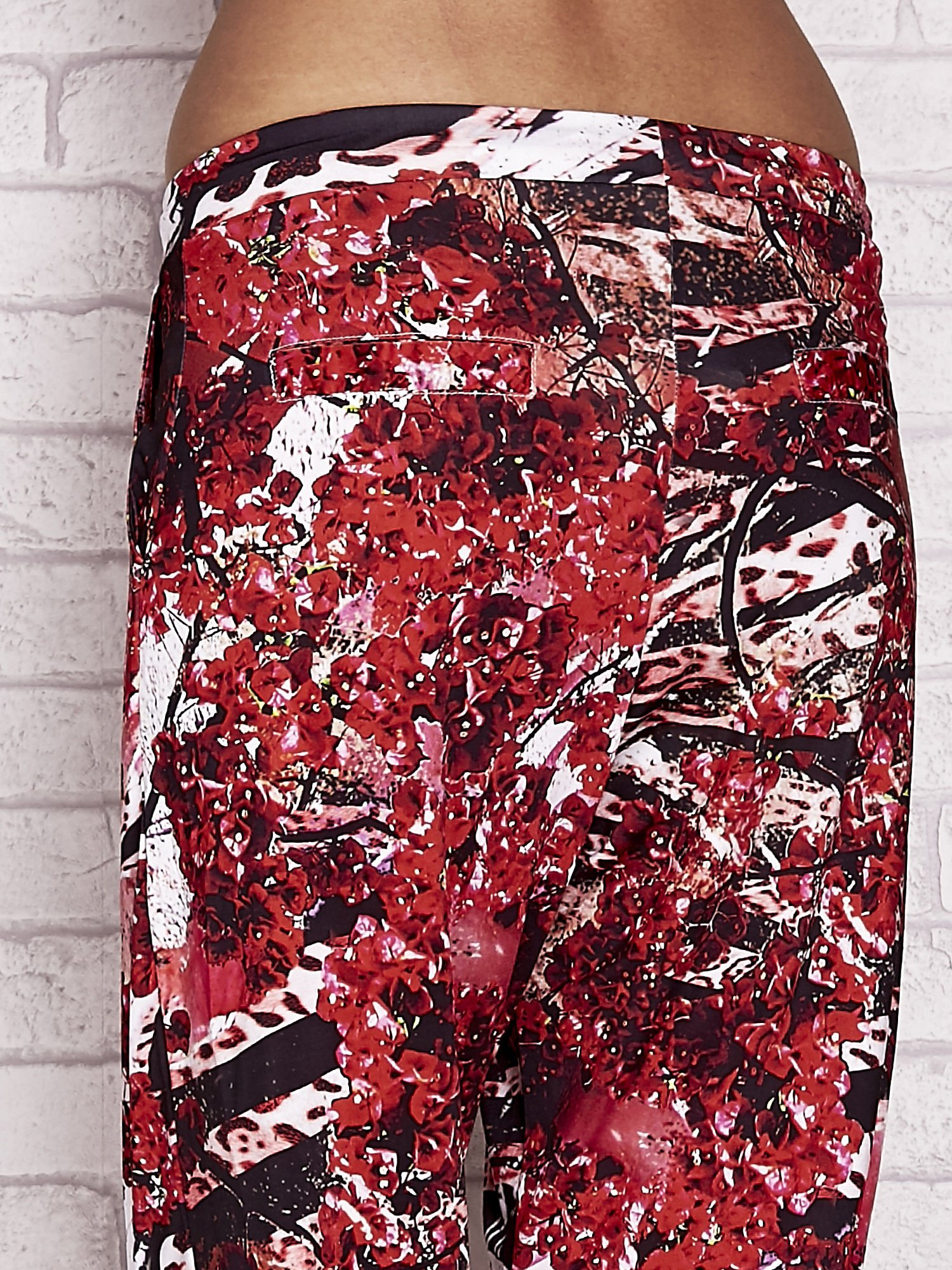 Czerwone spodnie capri z motywem floral print                                  zdj.                                  6