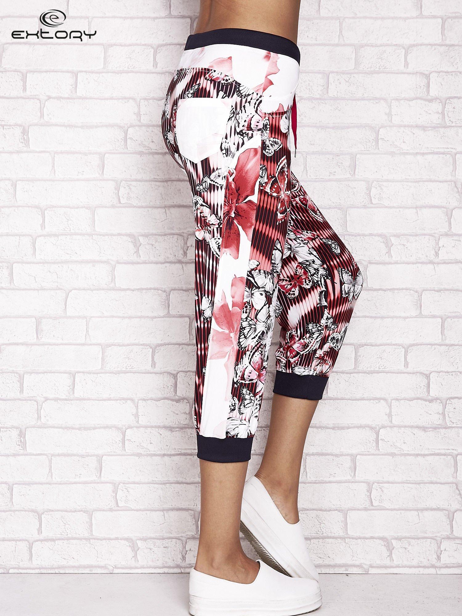 Czerwone spodnie capri z nadrukiem motyli                                  zdj.                                  3