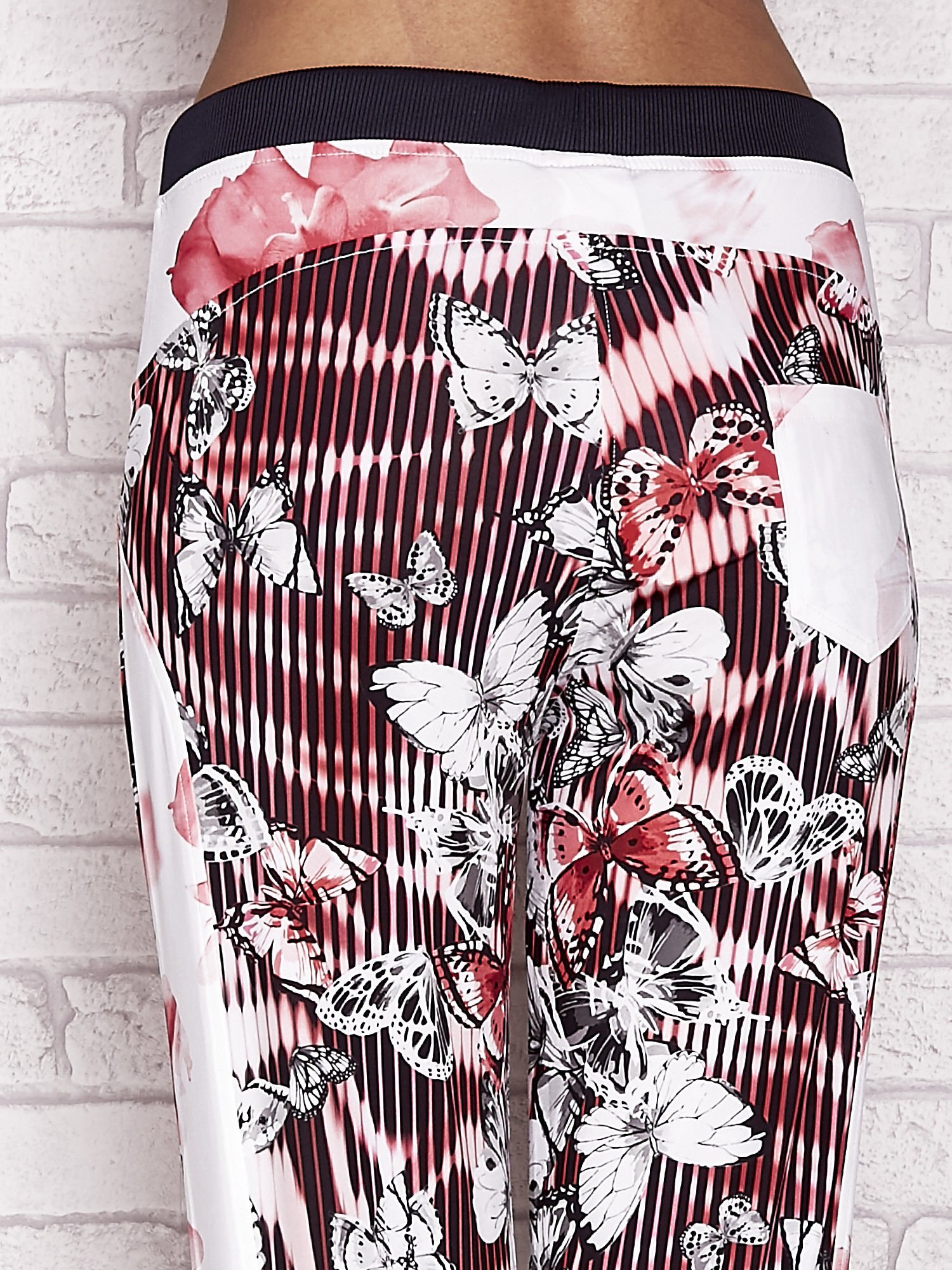 Czerwone spodnie capri z nadrukiem motyli                                  zdj.                                  6