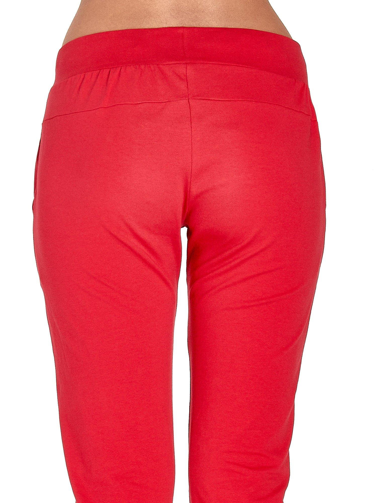 Czerwone spodnie dresowe z nogawką ze ściągaczem                                  zdj.                                  6