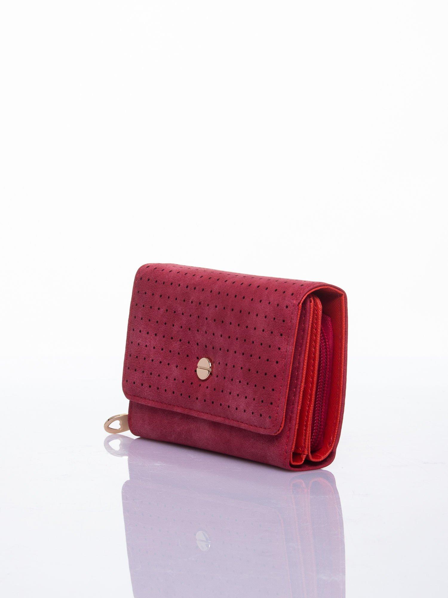 Czerwony ażurowany portfel ze złotym zapięciem                                  zdj.                                  2
