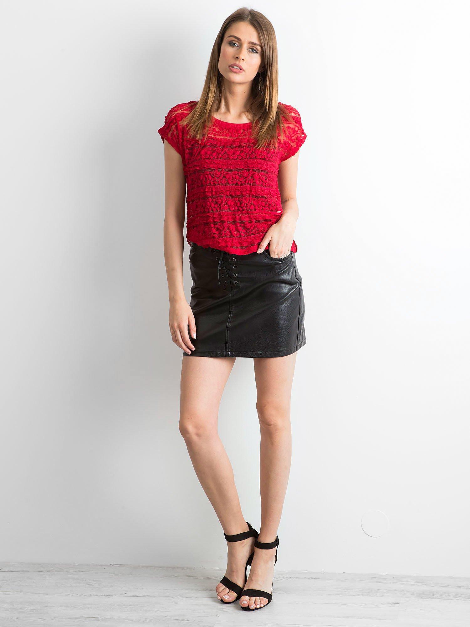 Czerwony ażurowy t-shirt z koronką                                  zdj.                                  6