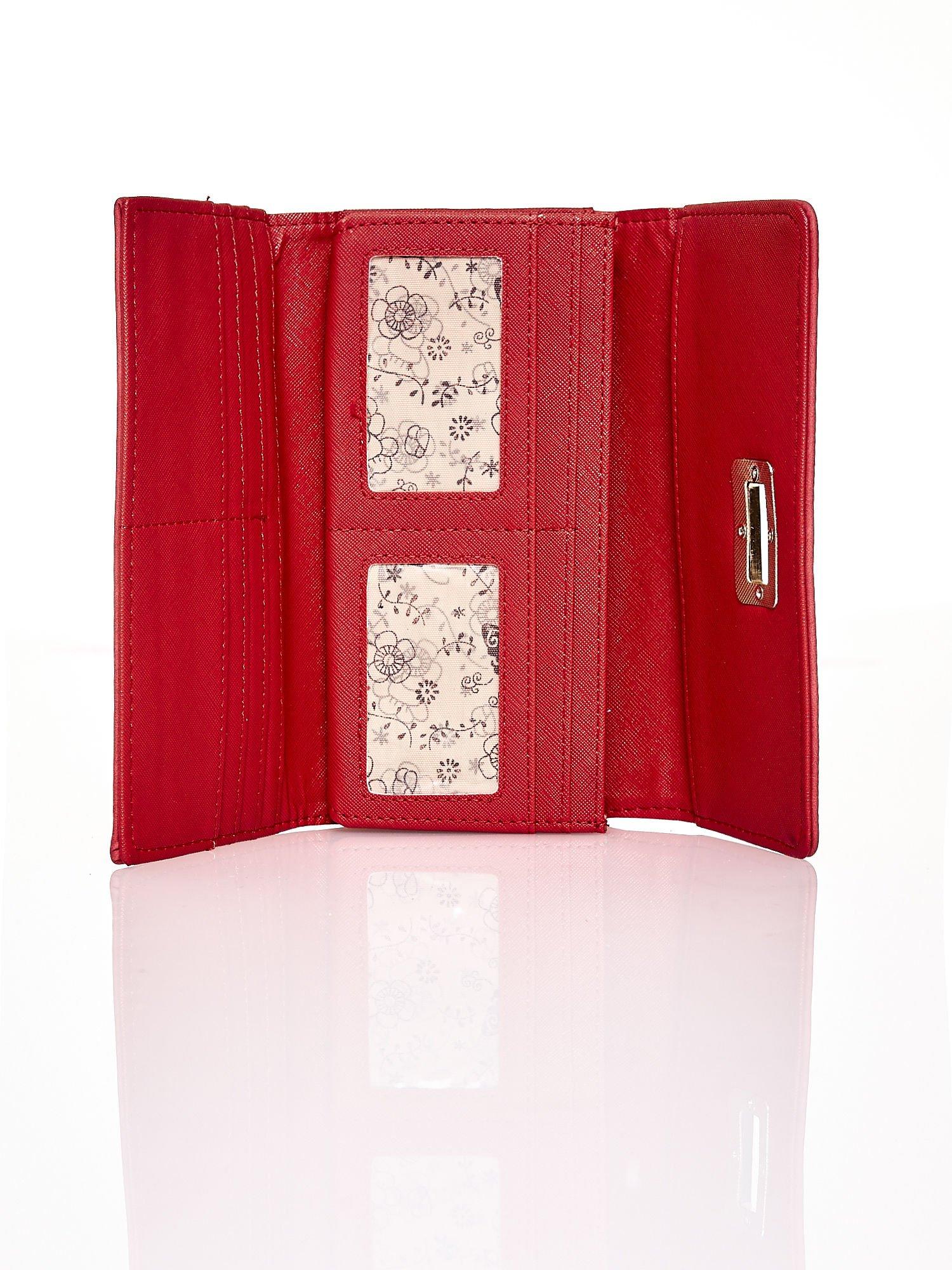Czerwony fakturowany portfel ze stylizowanym zapięciem                                   zdj.                                  4