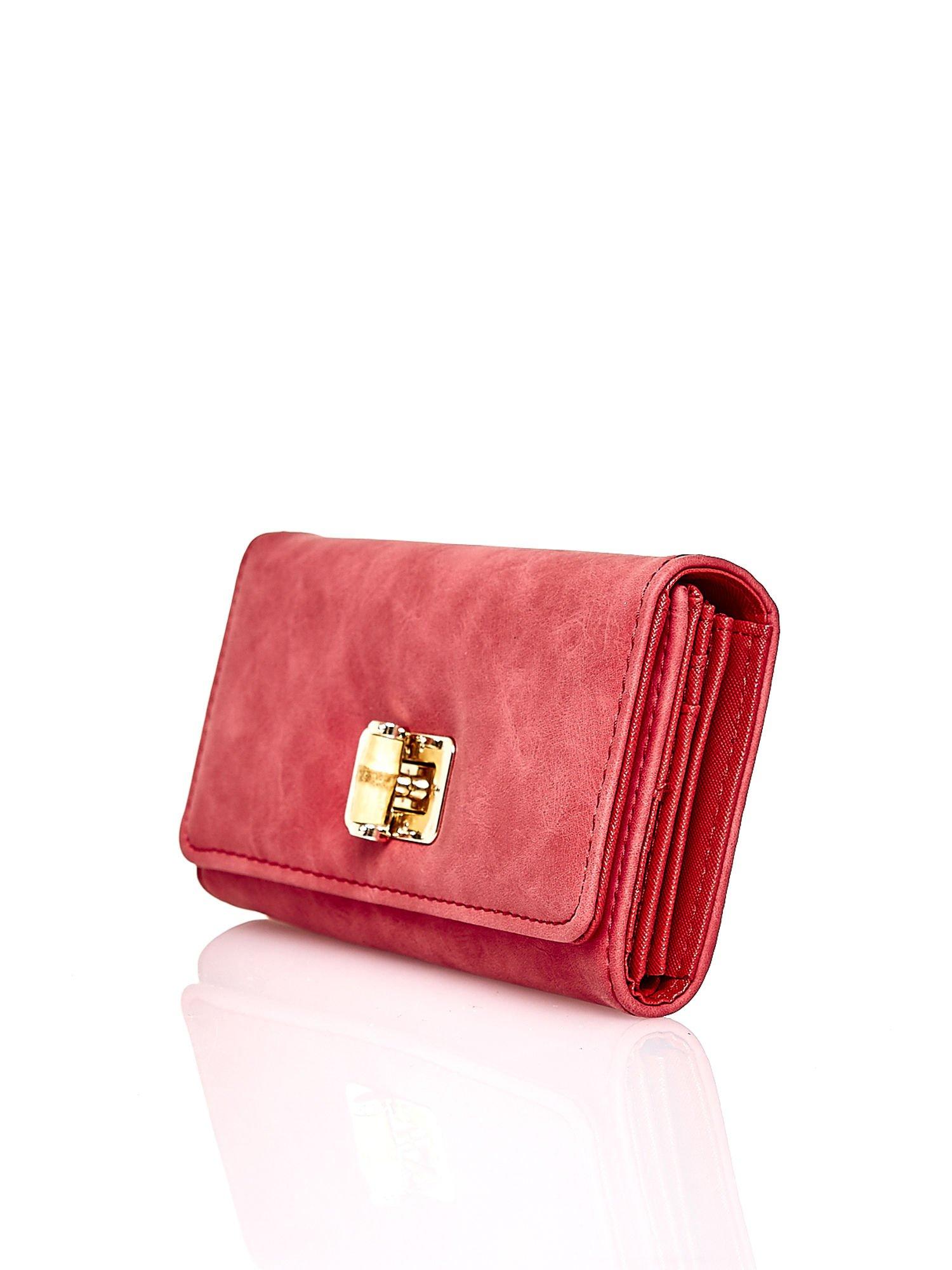 Czerwony fakturowany portfel ze stylizowanym zapięciem                                   zdj.                                  3
