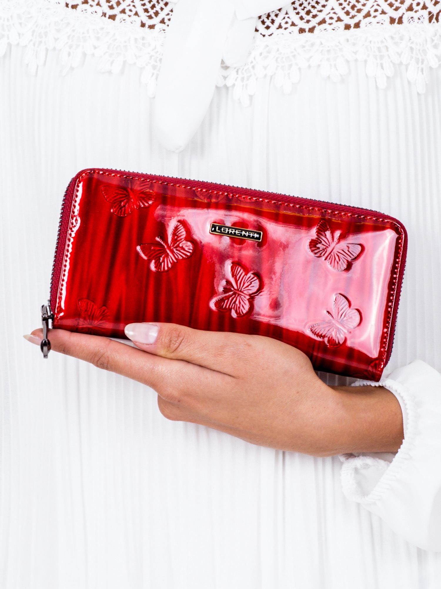 1b5f1da7f88ae Czerwony lakierowany portfel damski w tłoczone motyle - Akcesoria ...