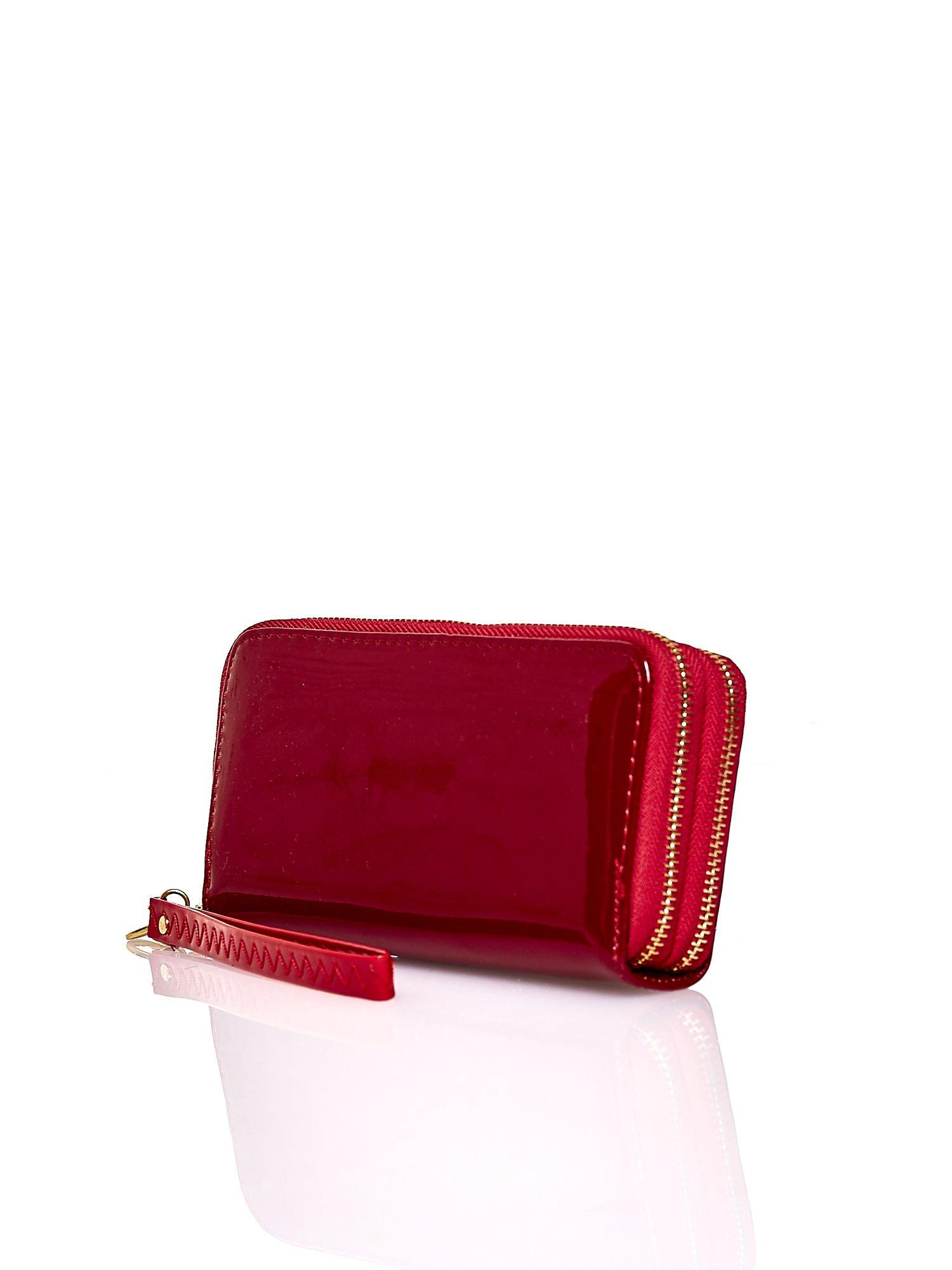 Czerwony lakierowany portfel z uchwytem na rękę                                  zdj.                                  2