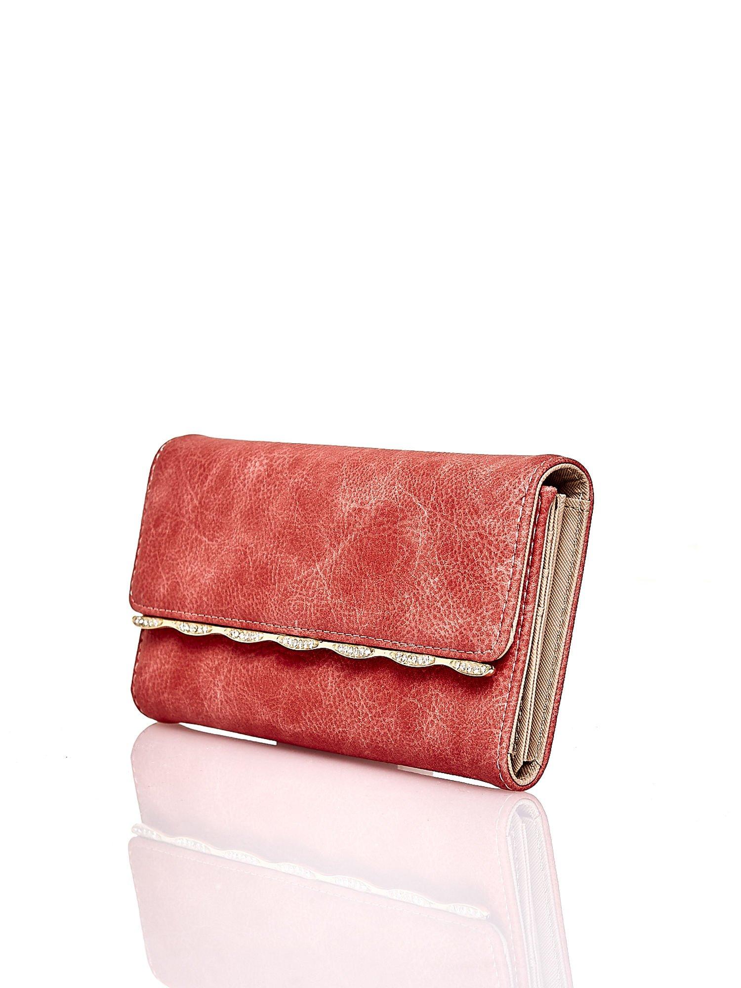 Czerwony portfel z ozdobną aplikacją                                  zdj.                                  3