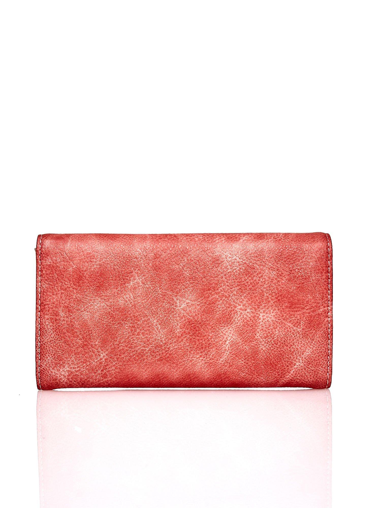 Czerwony portfel z ozdobną aplikacją                                  zdj.                                  2