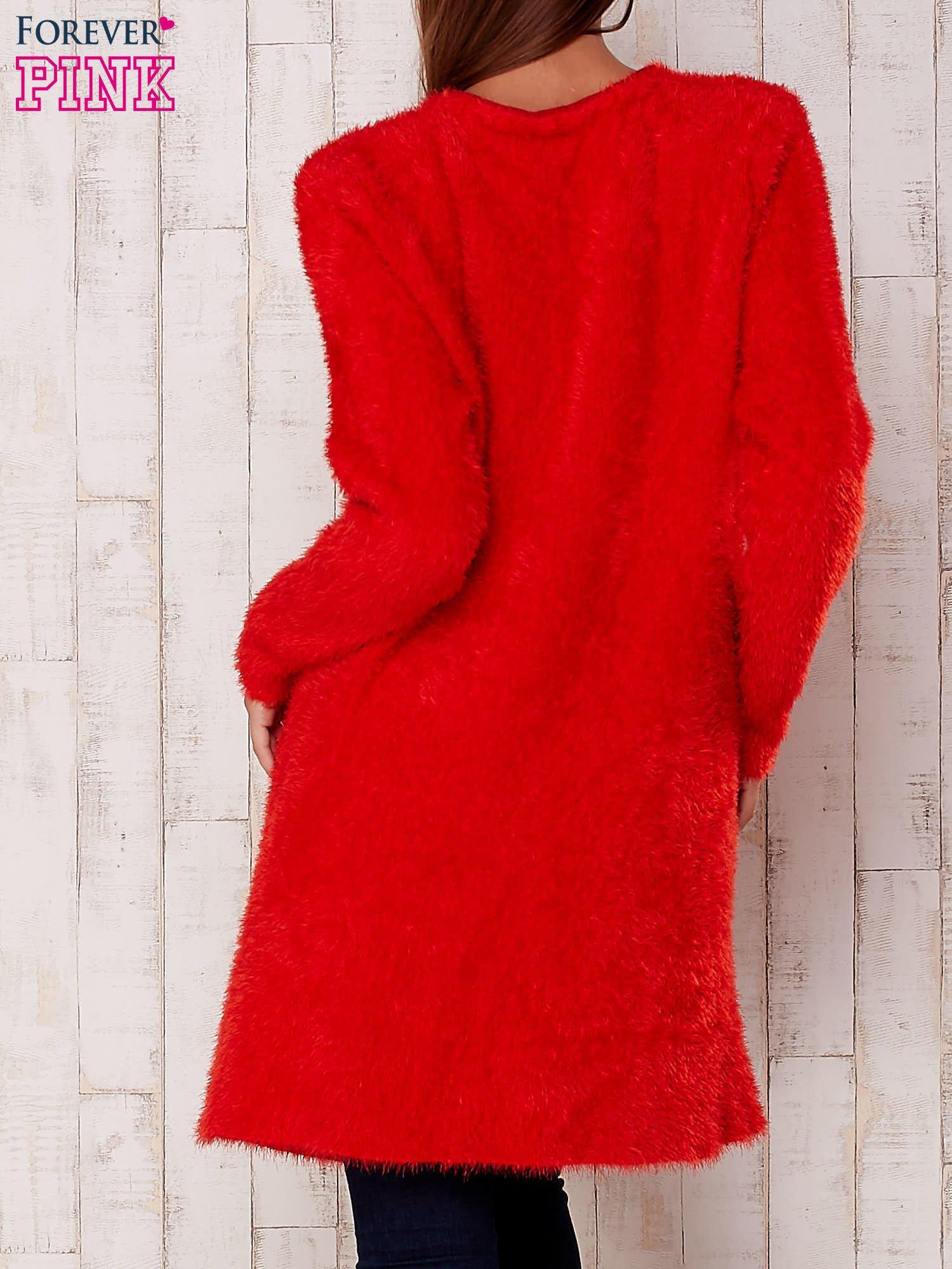Czerwony puszysty sweter z otwartym dekoltem                                  zdj.                                  4